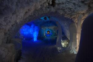 Царство вечной мерзлоты в Якутии - пещера