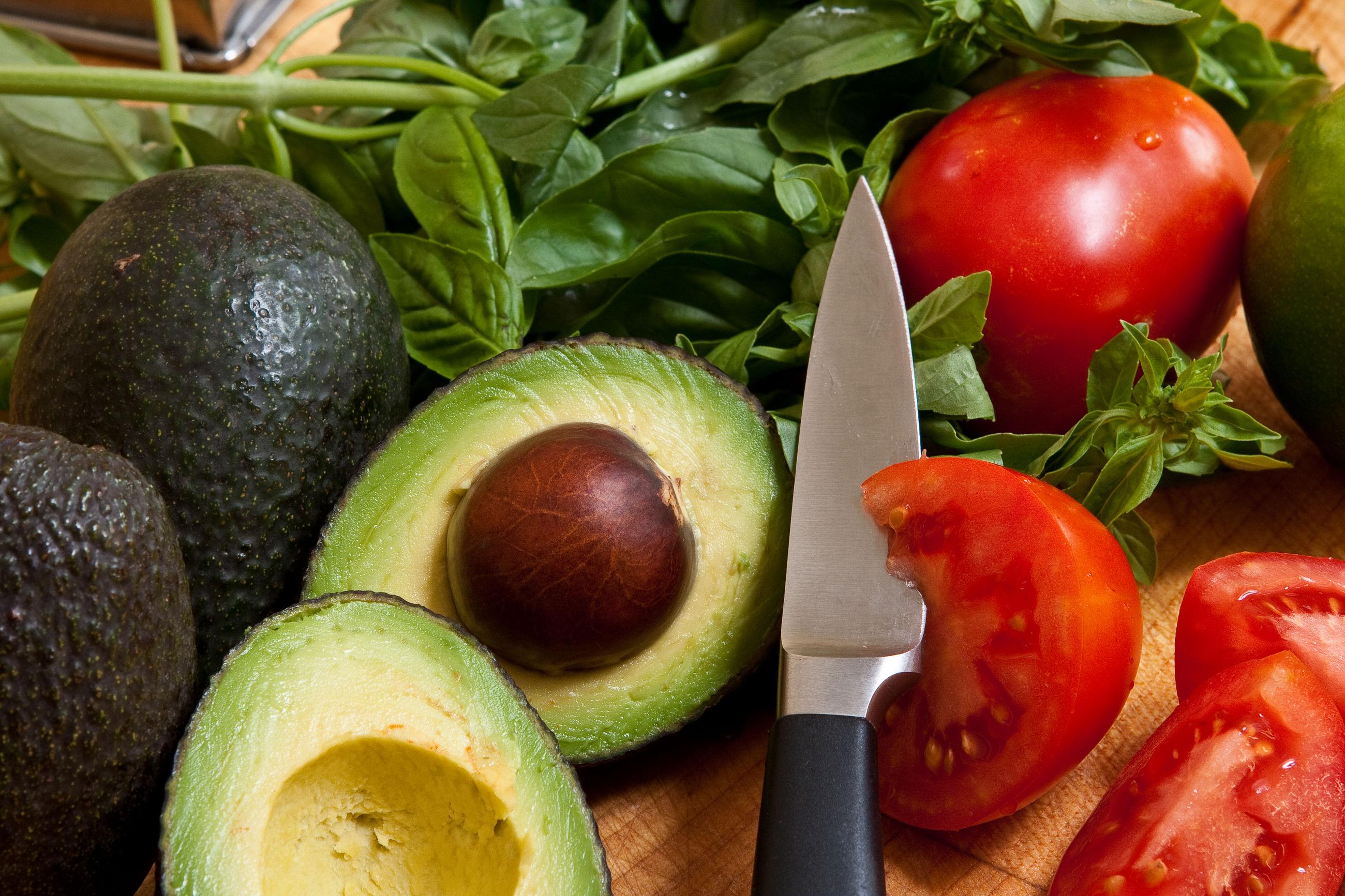 авокадо с томатами