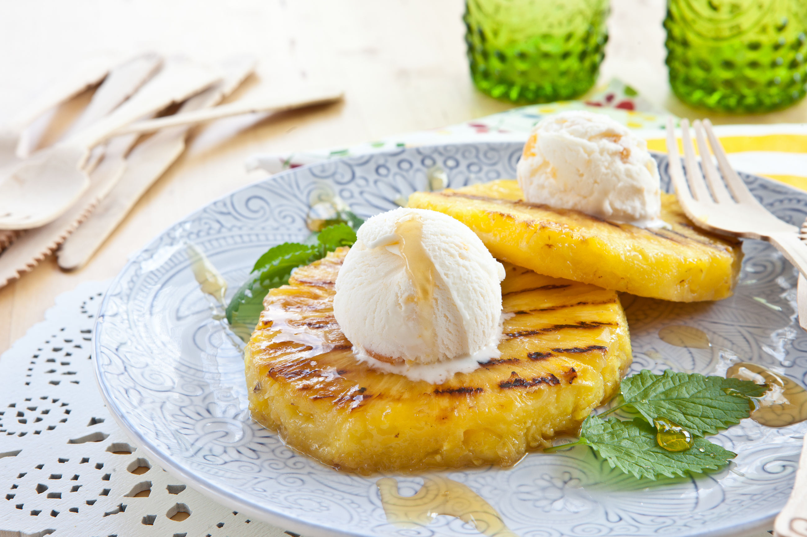 ананас на гриле с мороженым и джемом