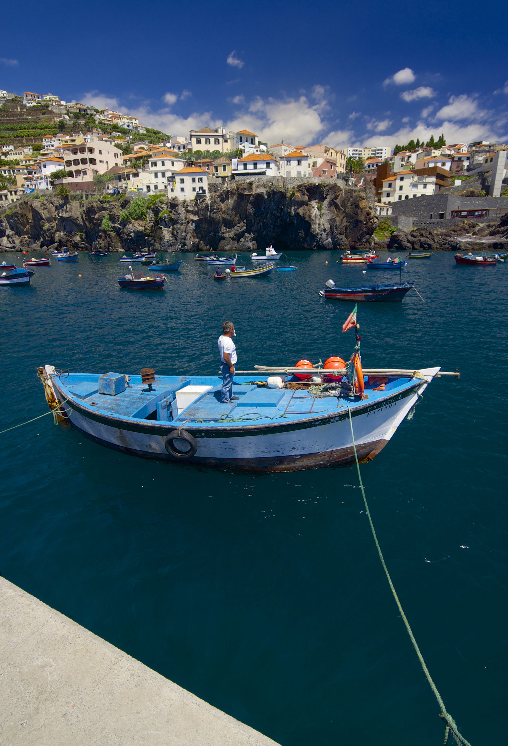 рыбак на лодке в Португалии