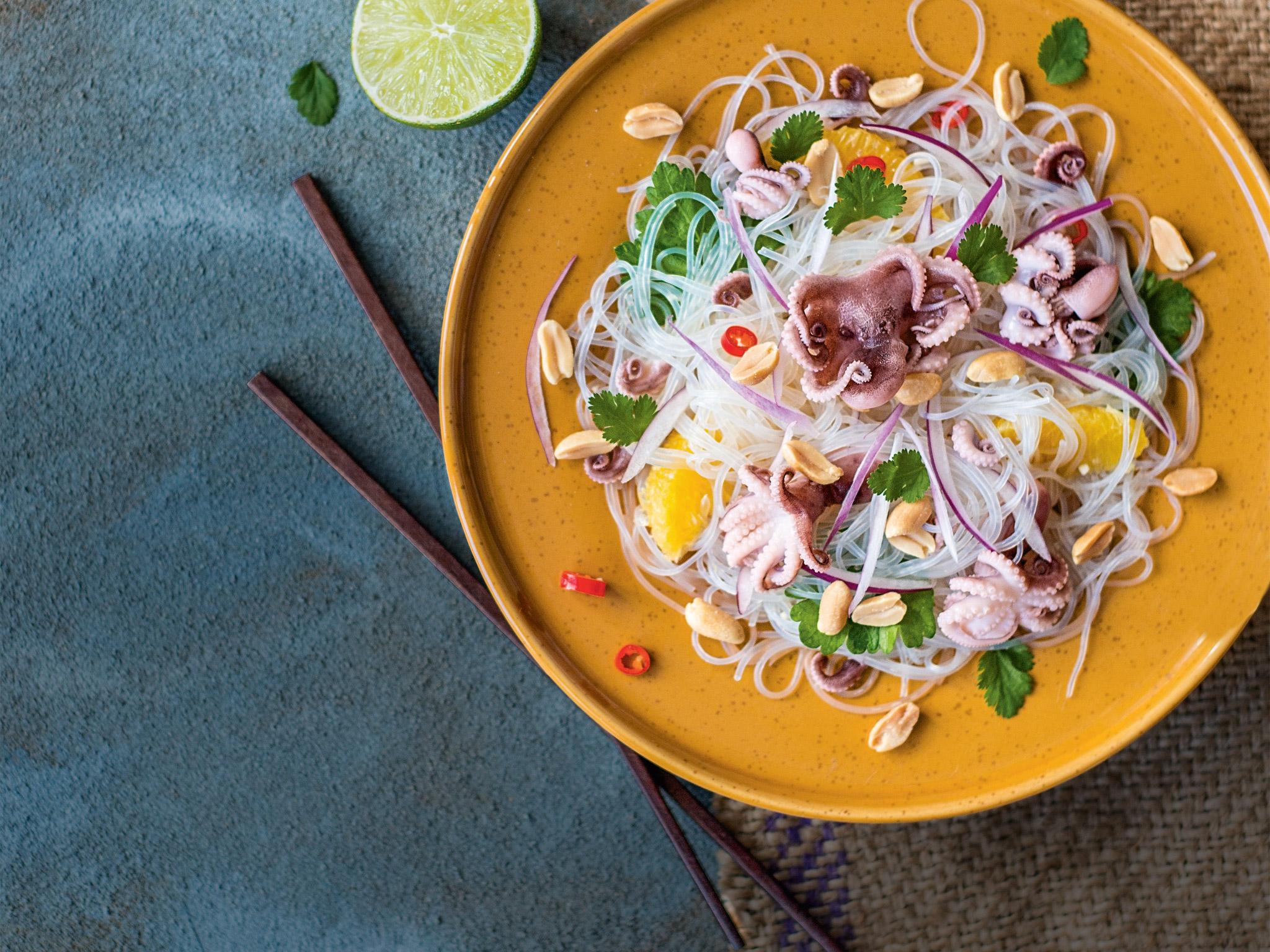 Острый салат со стеклянной лапшой и осьминогом