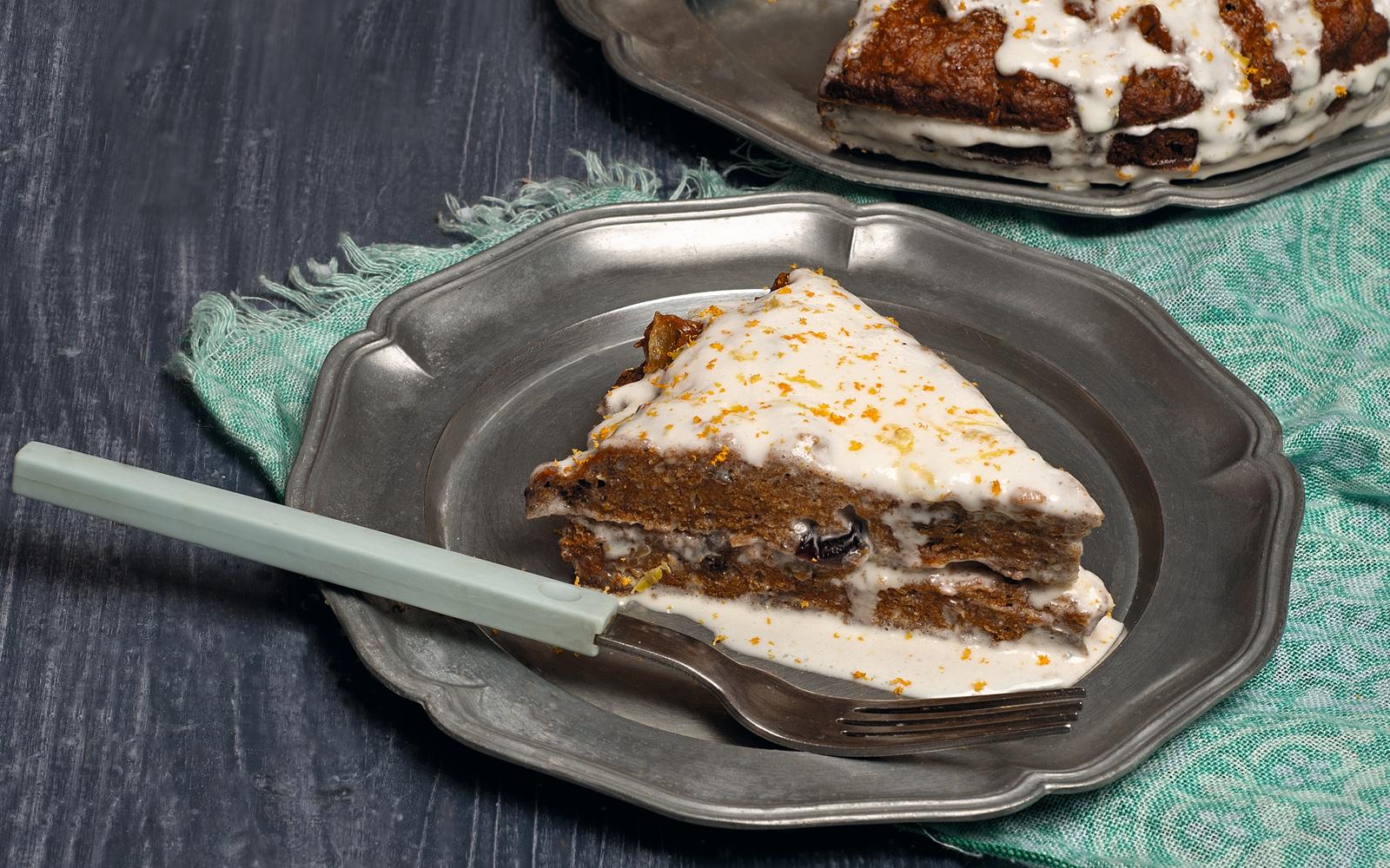 Пряный торт с цукатами и орехами
