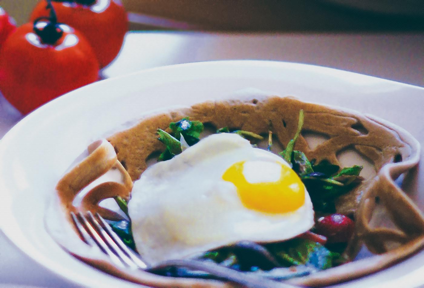 Гречневые блинчики с греческим салатом и яйцом