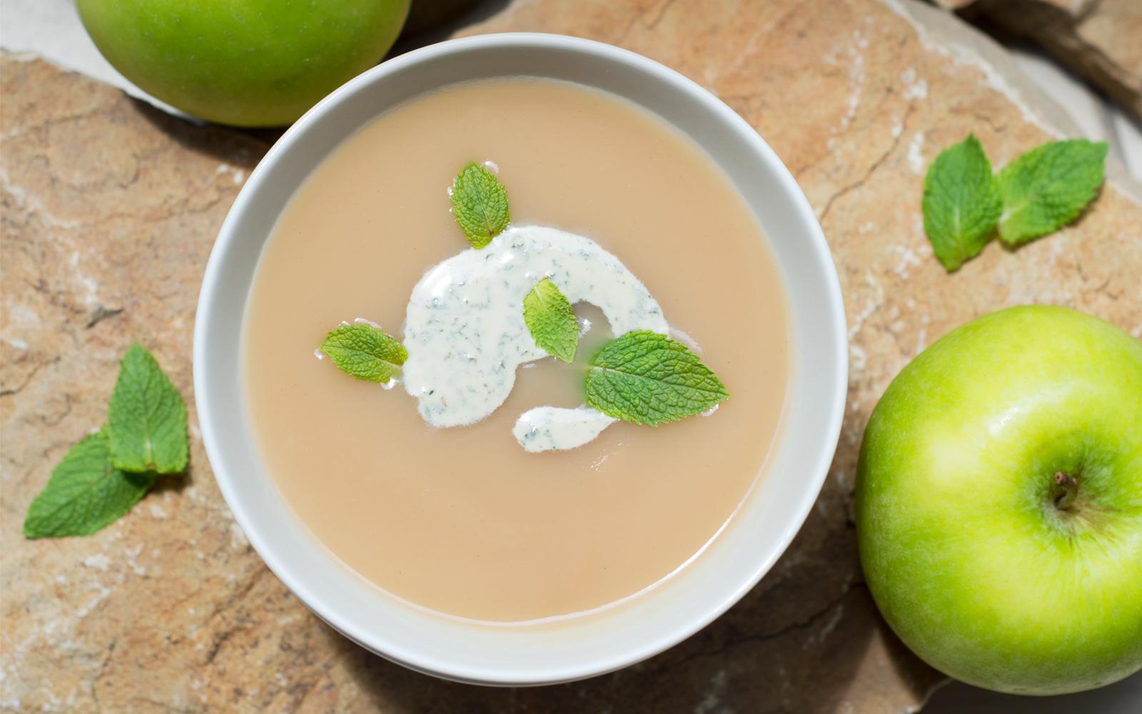 Яблочно-огуречный суп с мятной сметаной и медом