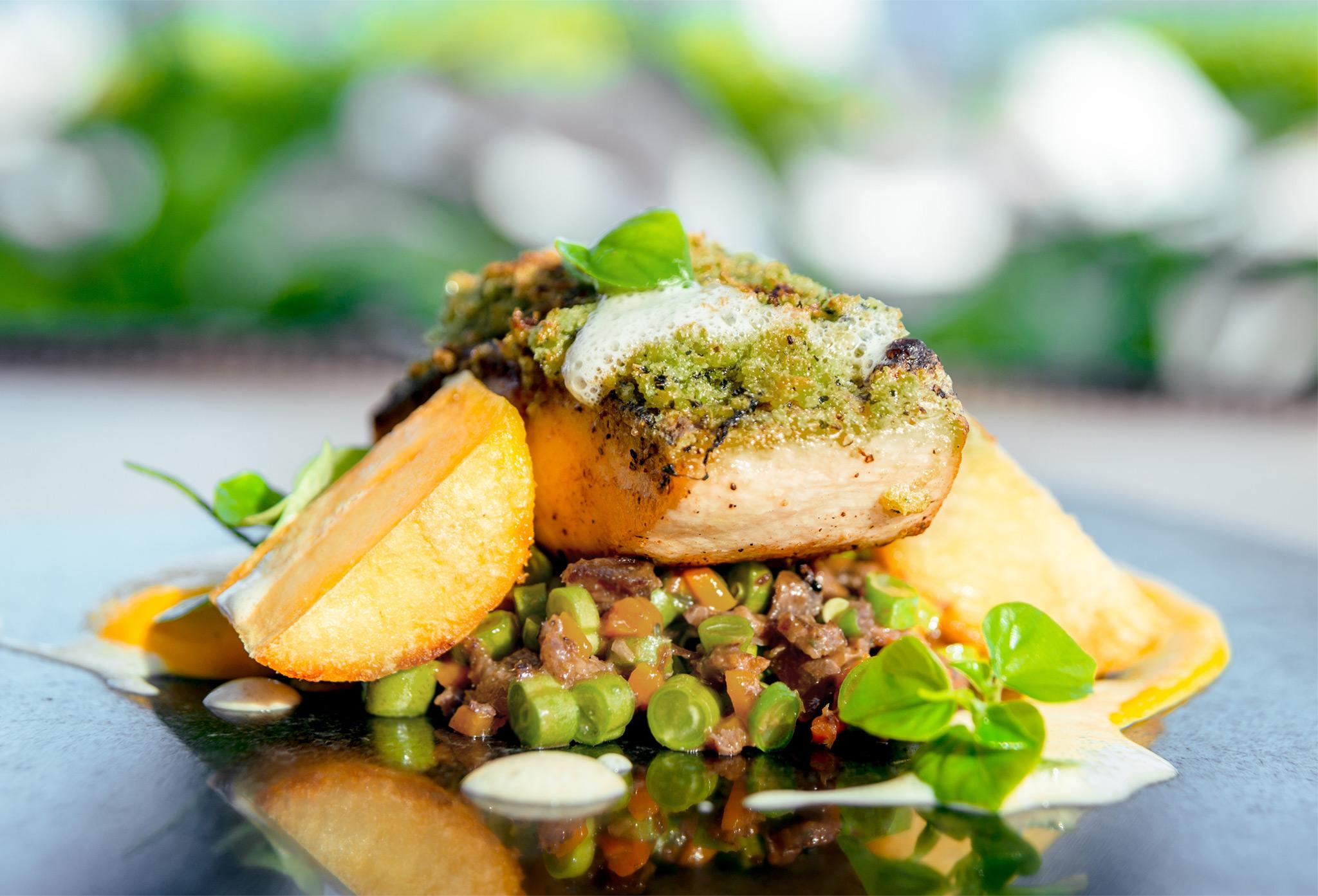 Рыба в панировке из трав с картофельным гарниром