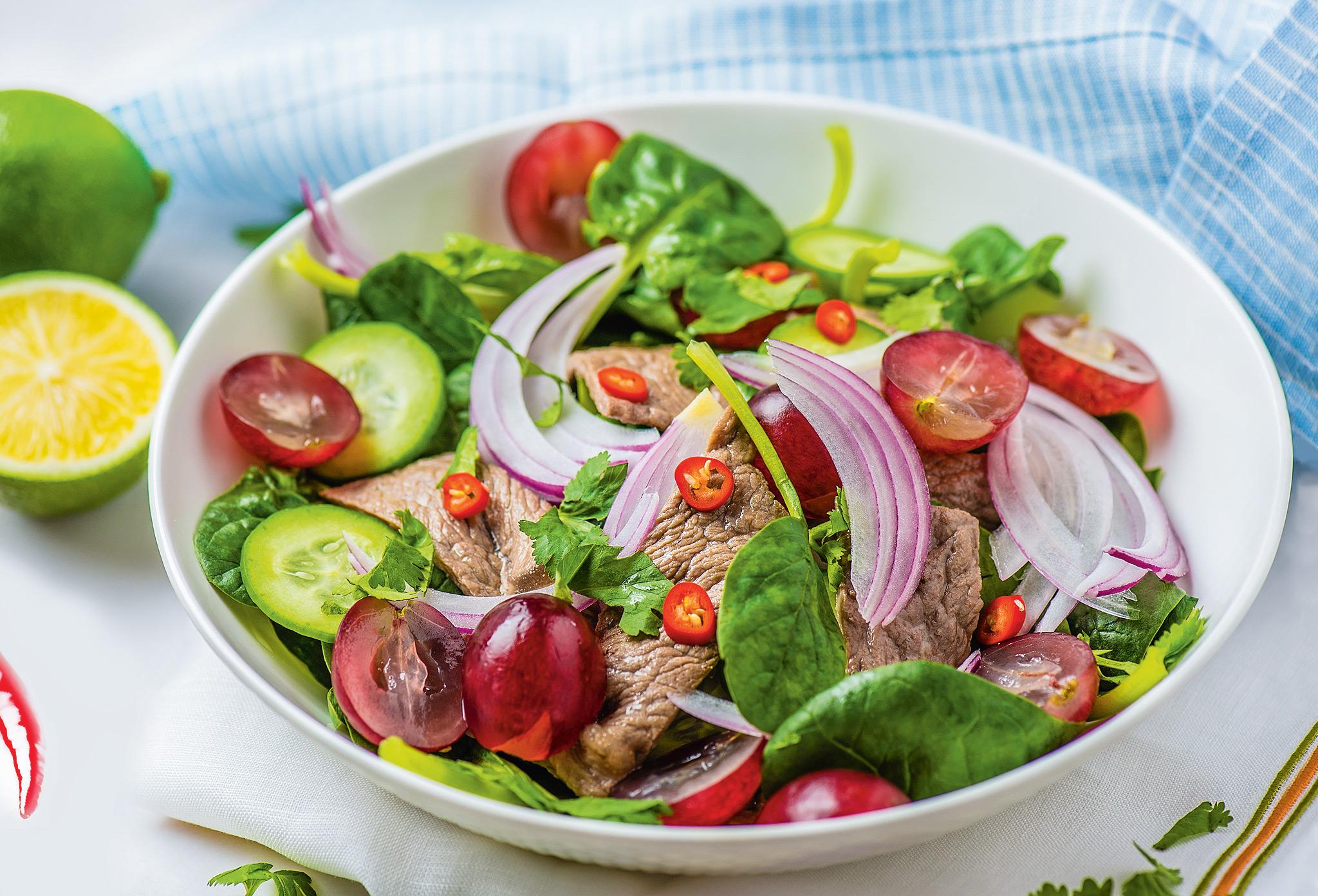 Теплый салат с говядиной и виноградом