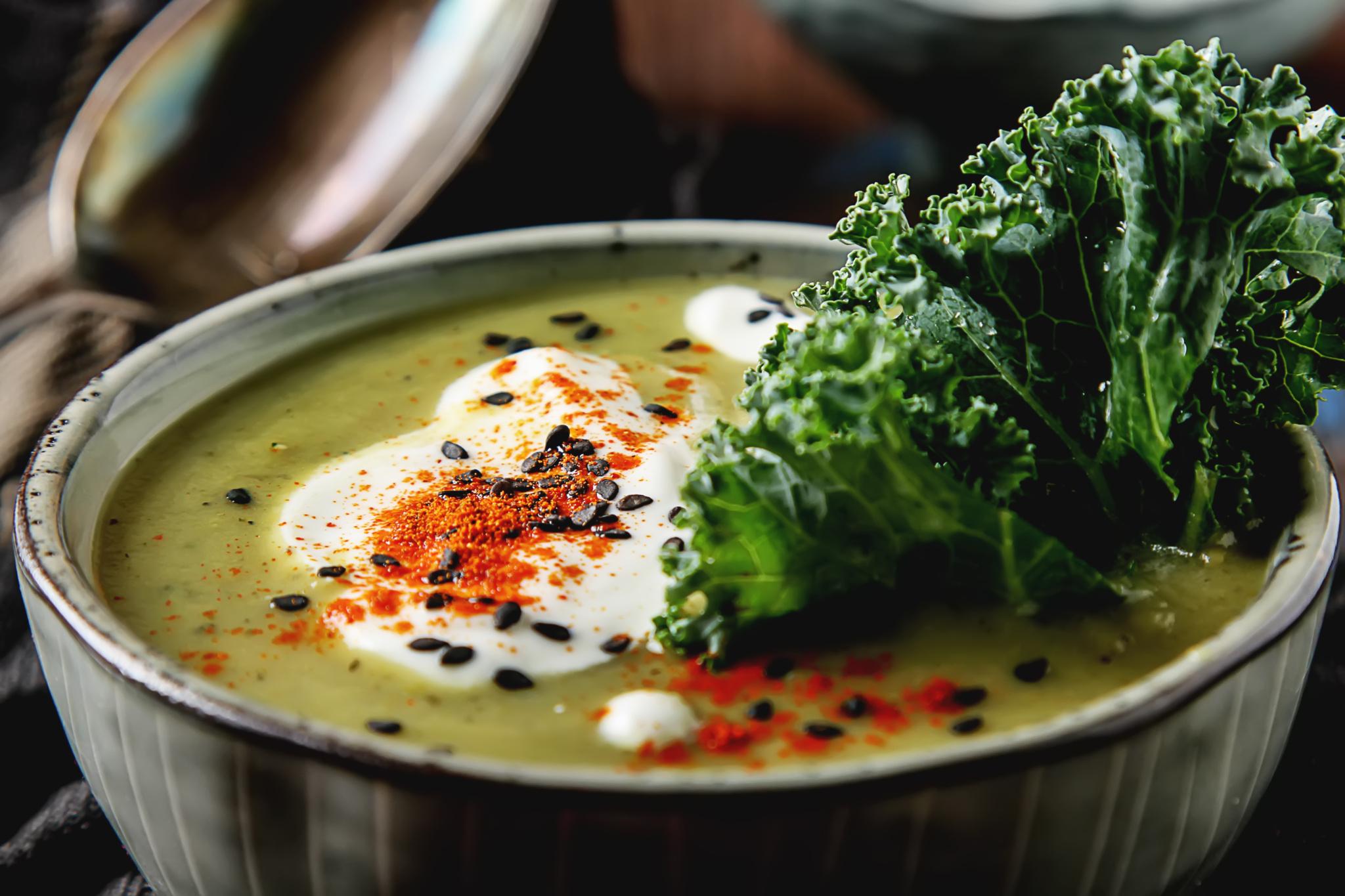 Суп-крем из шпината с орехами, чесноком и медовой сметаной