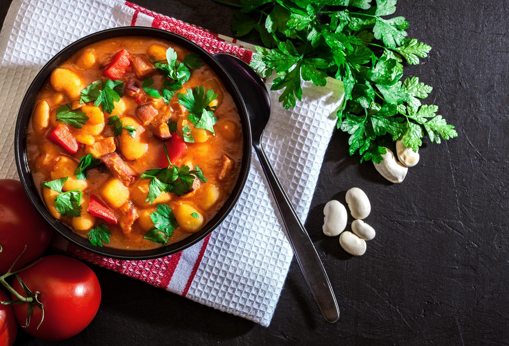 Белая фасоль с копченой паприкой, томатами и шалфеем