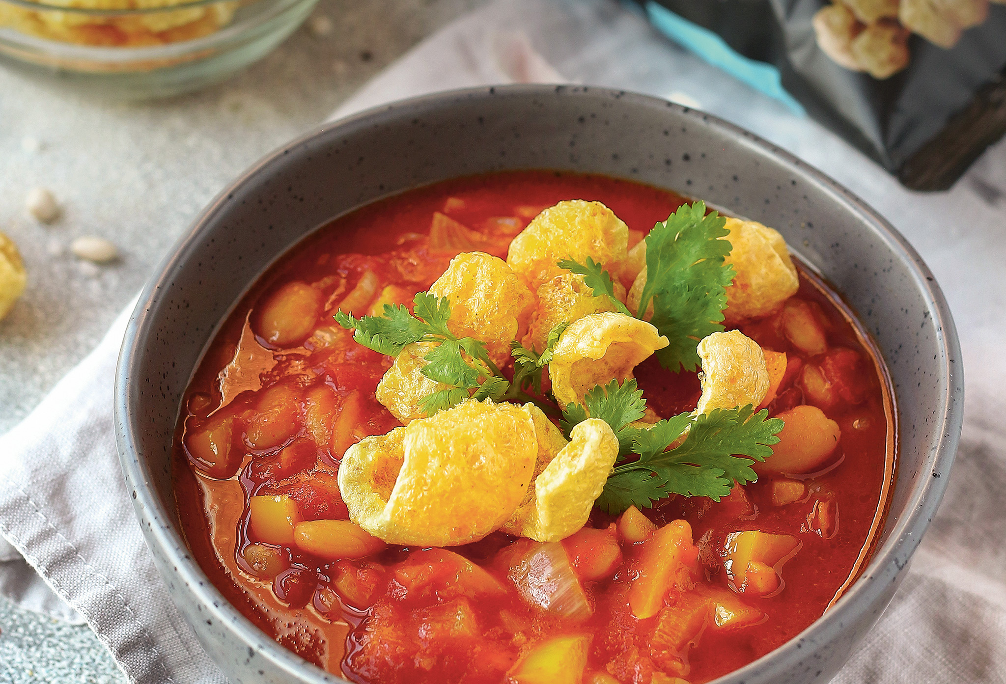 Быстрый мексиканский суп с чипсами из свиной шкурки