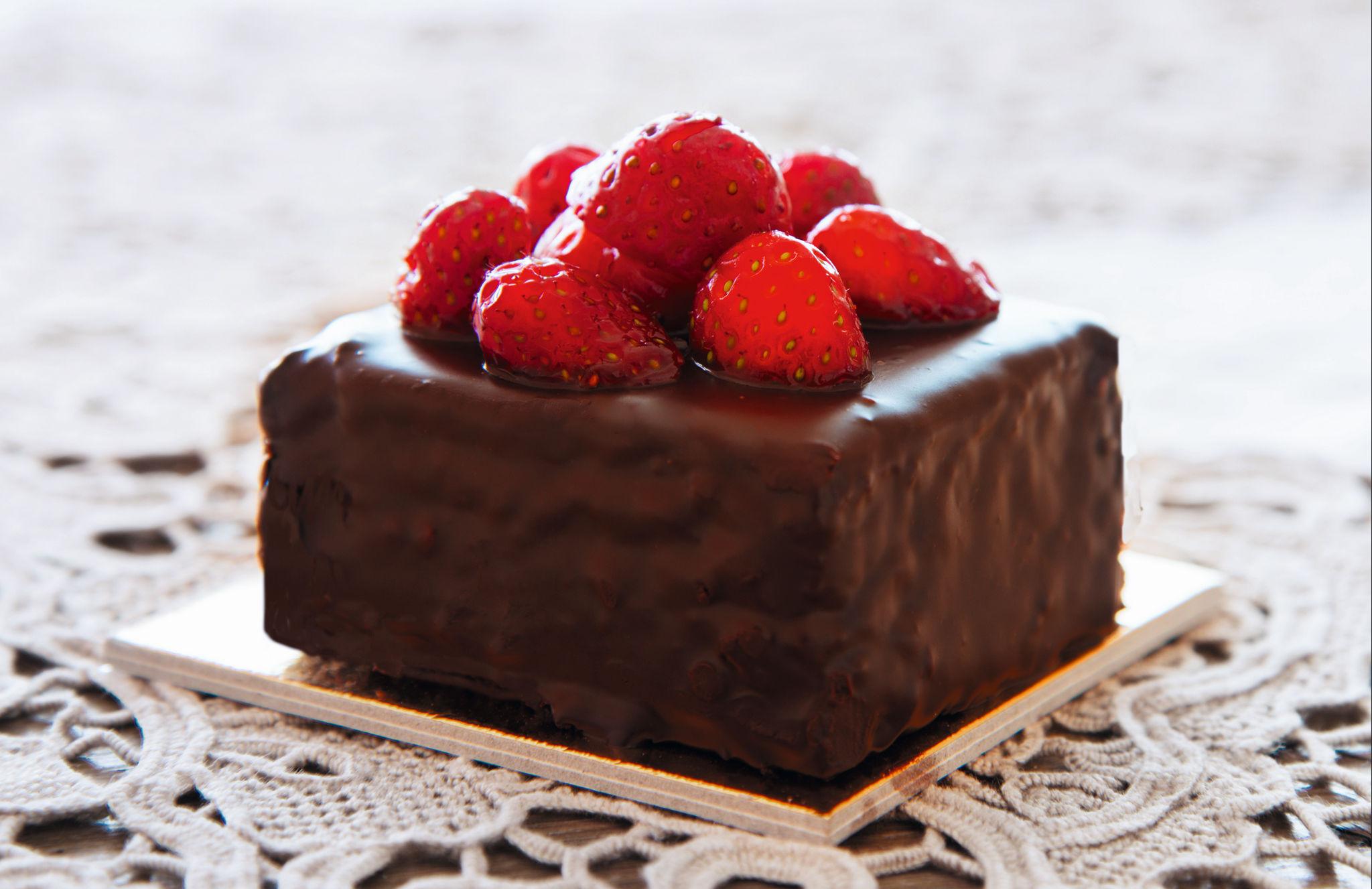 Шоколад с клубничной начинкой