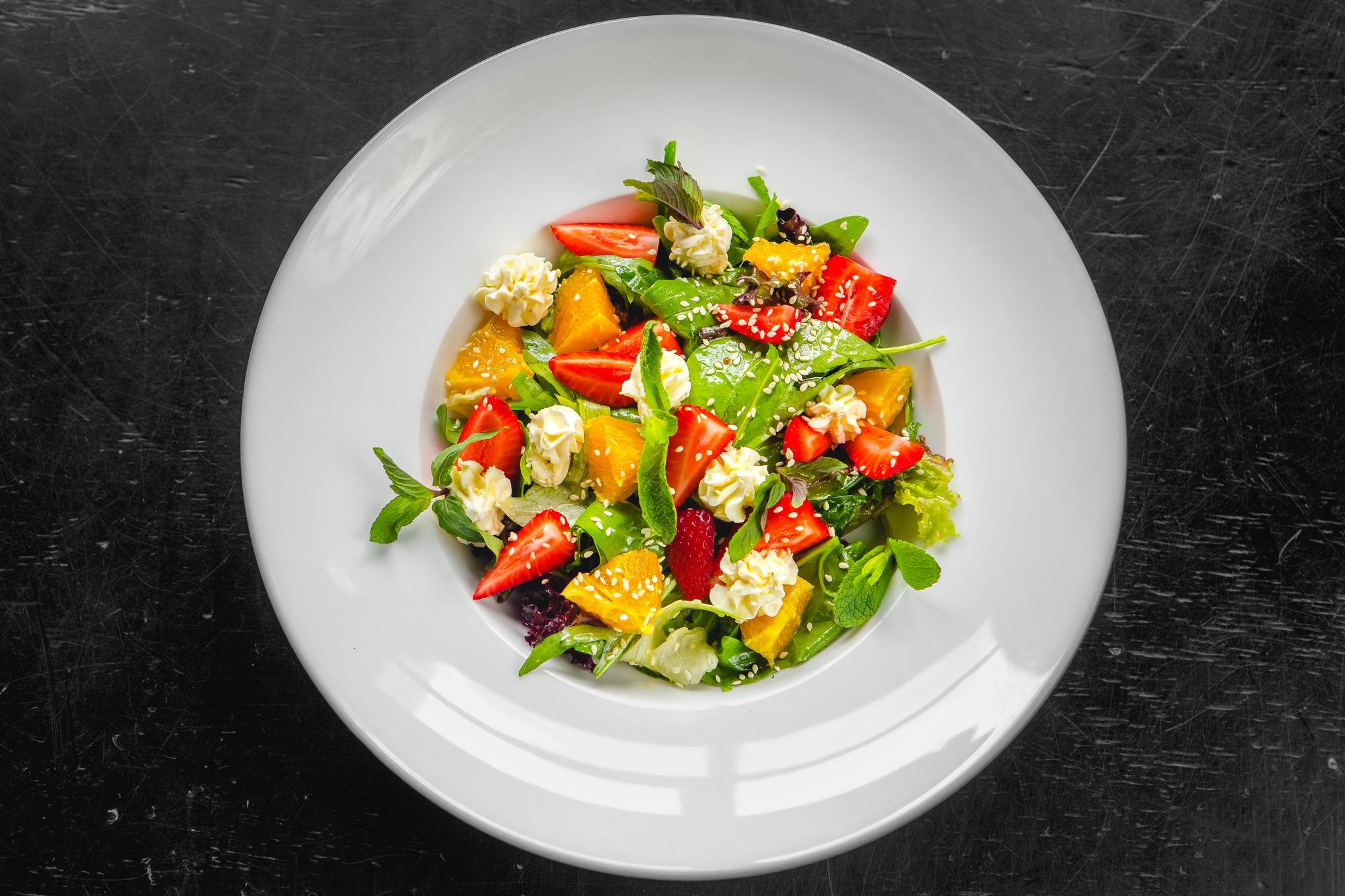 Салат с апельсинами, клубникой и соусом «винегрет»