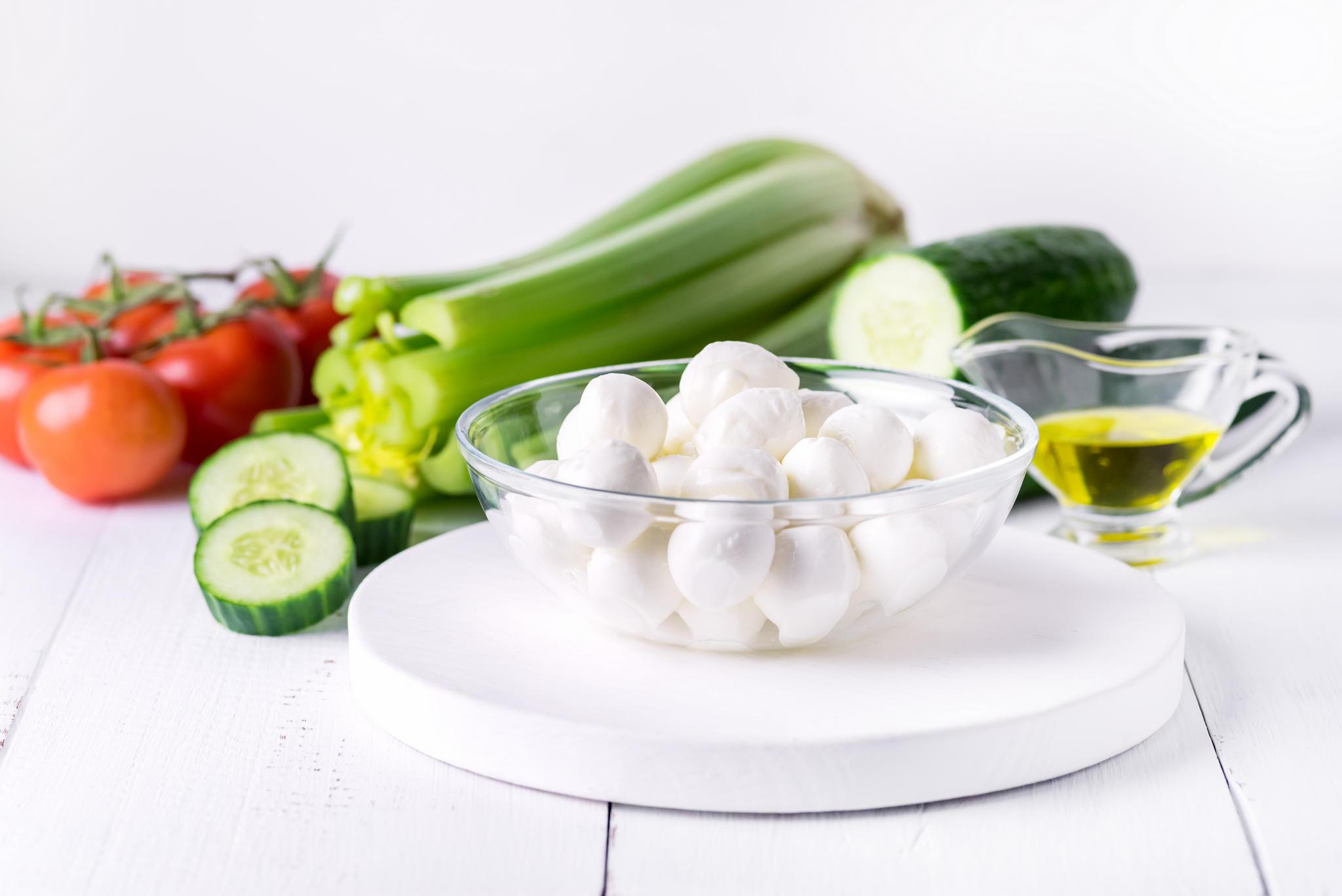 Салат из маринованных томатов и огурцов с сыром