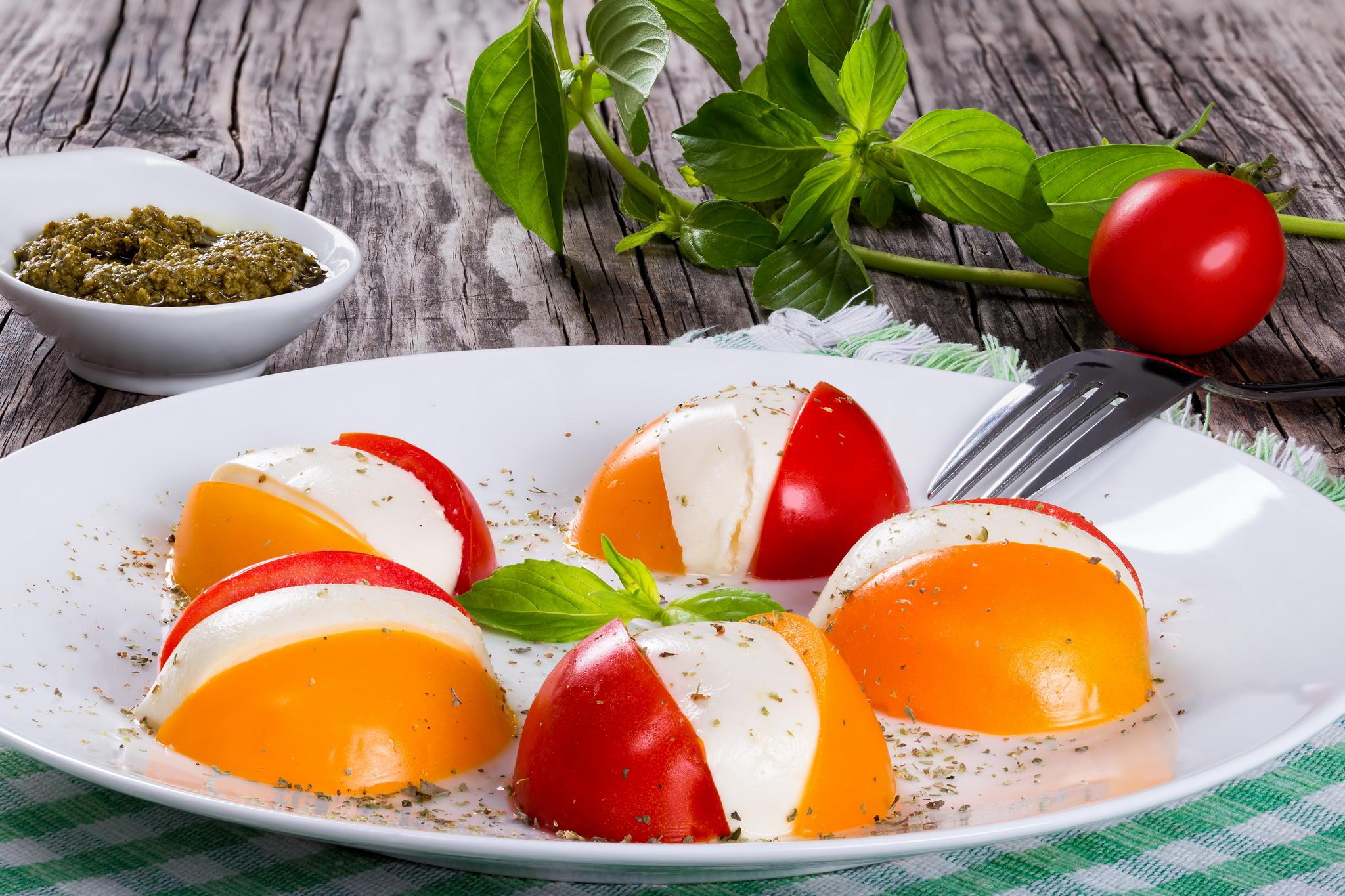 Салат капрезе с базиликом и тыквенным песто