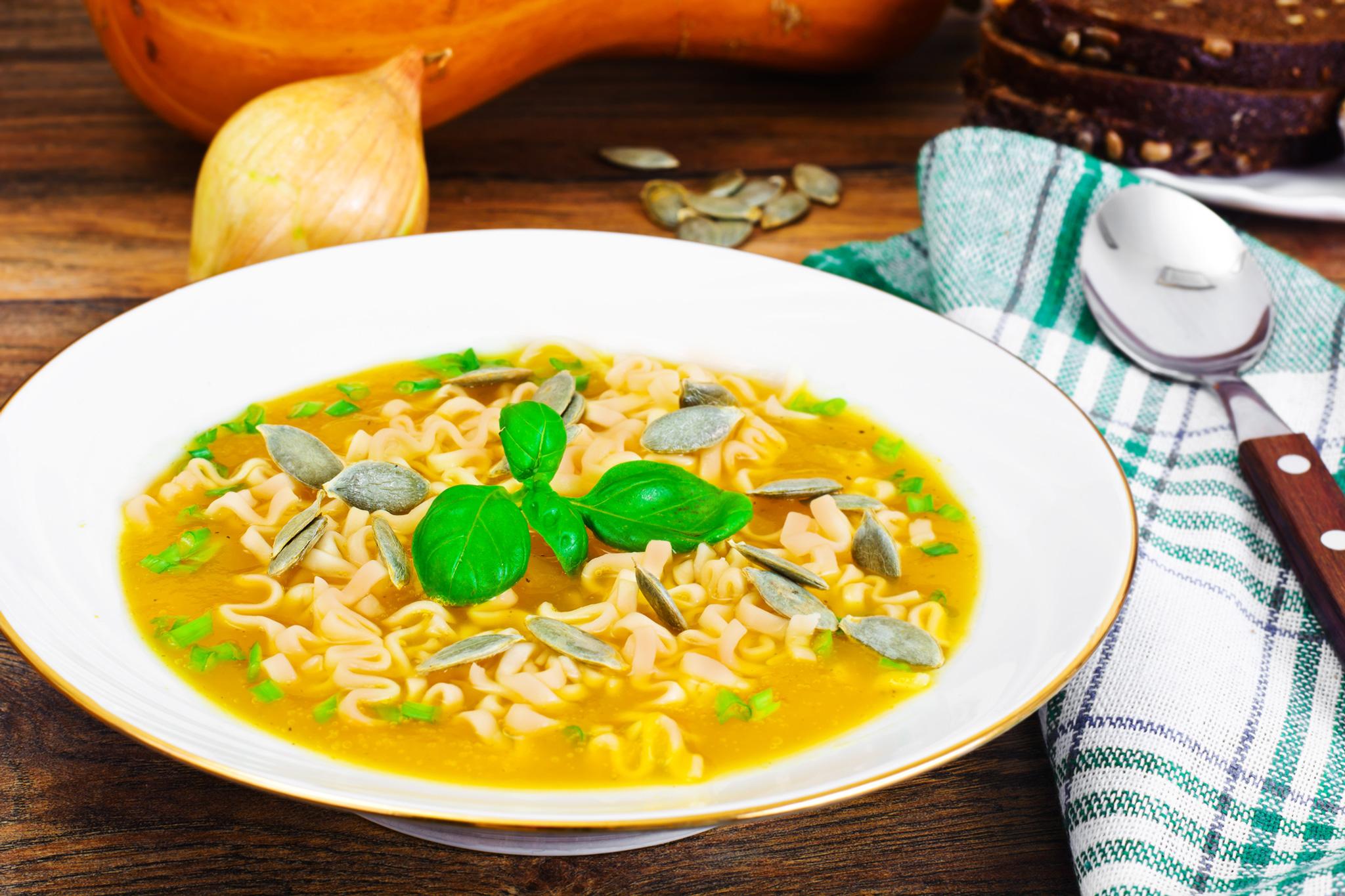 Суп из птицы с тыквенной лапшой и семечками