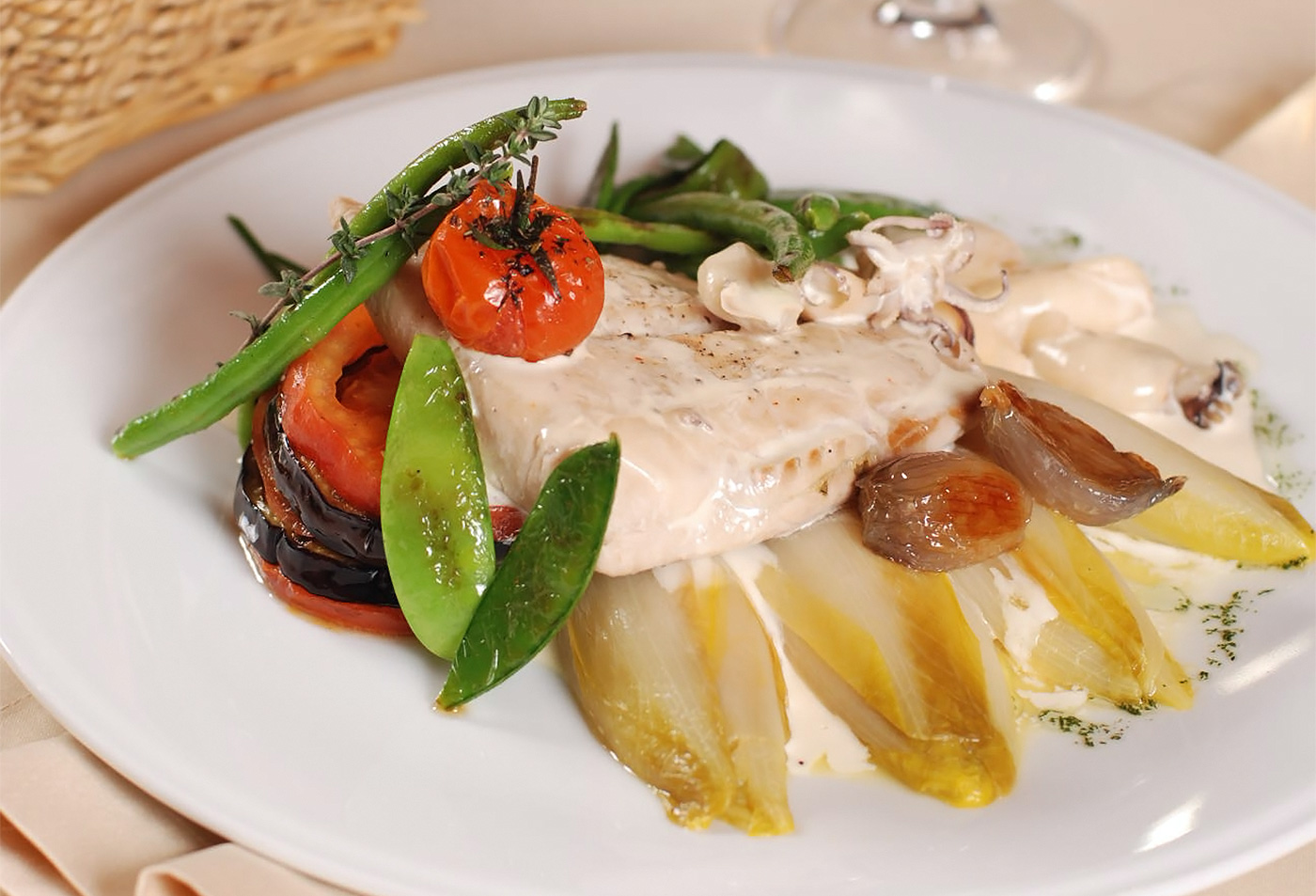 Филе кефали с мини-кальмарами, овощами и цикорием