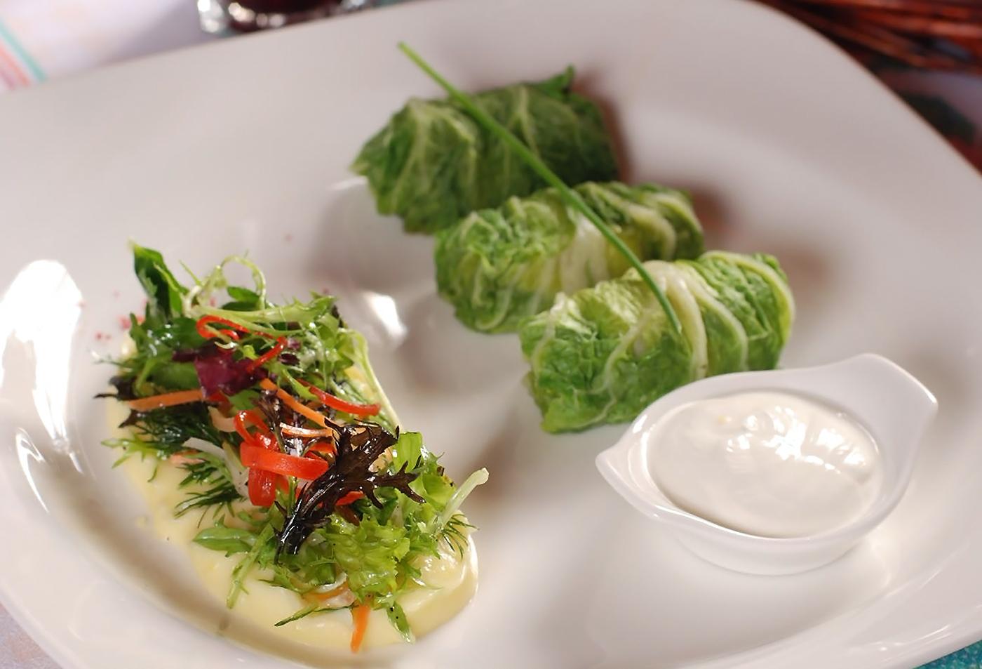 Голубцы с сочной индейкой и весенним салатом