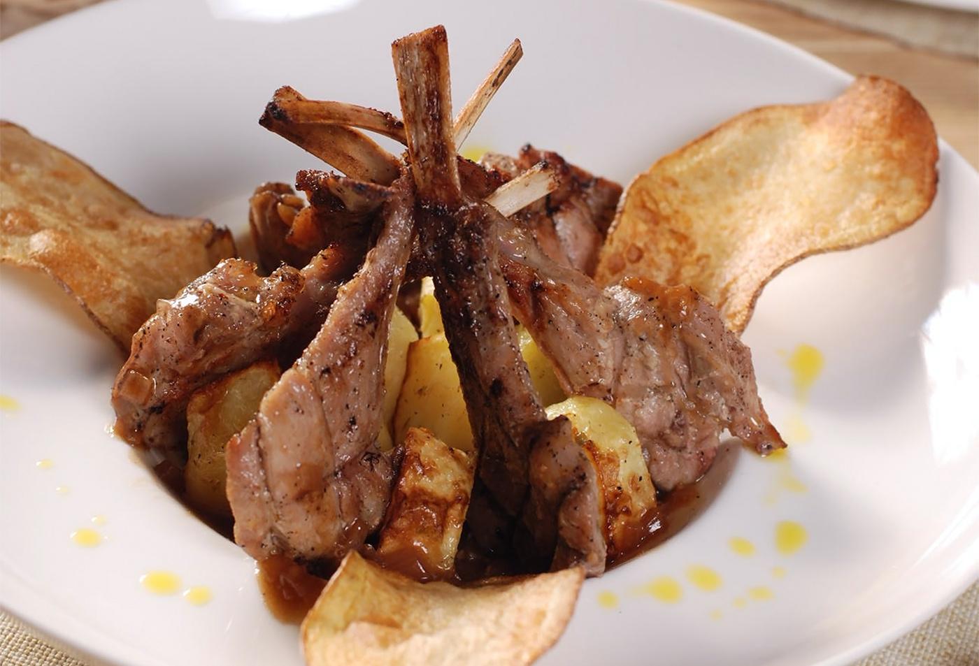 Каре теленка с соусом и картофелем
