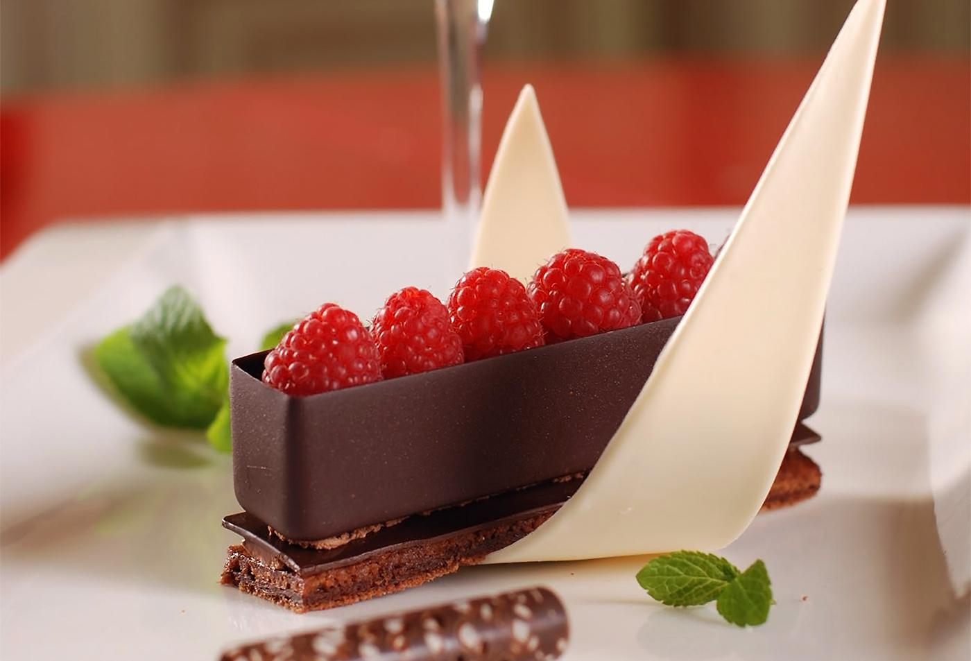 Мусс из шоколада с малиновой гранитой и свежей малиной