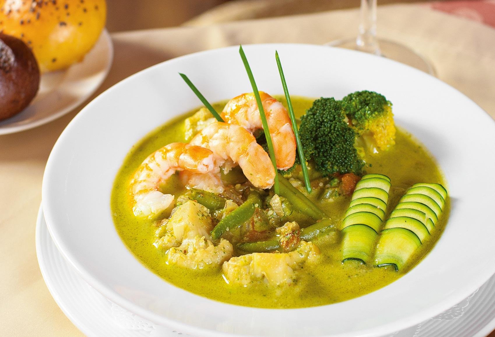 Овощной суп с основой из соуса пикада и тигровыми креветками