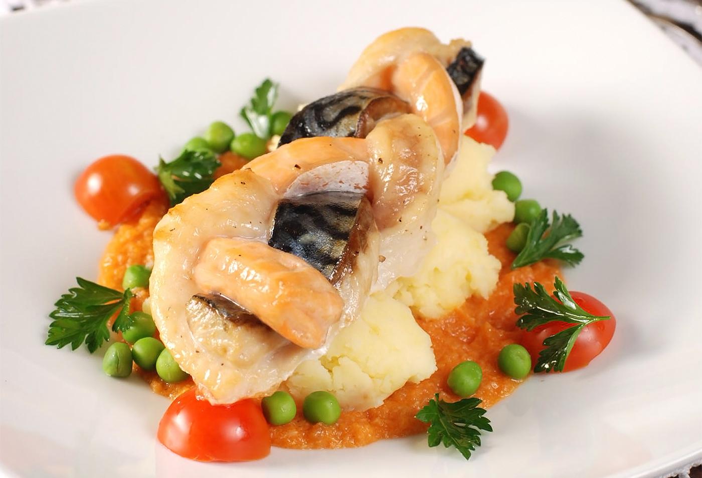 Плетенка из разных рыб с картофельными снетками и рыбным соусом