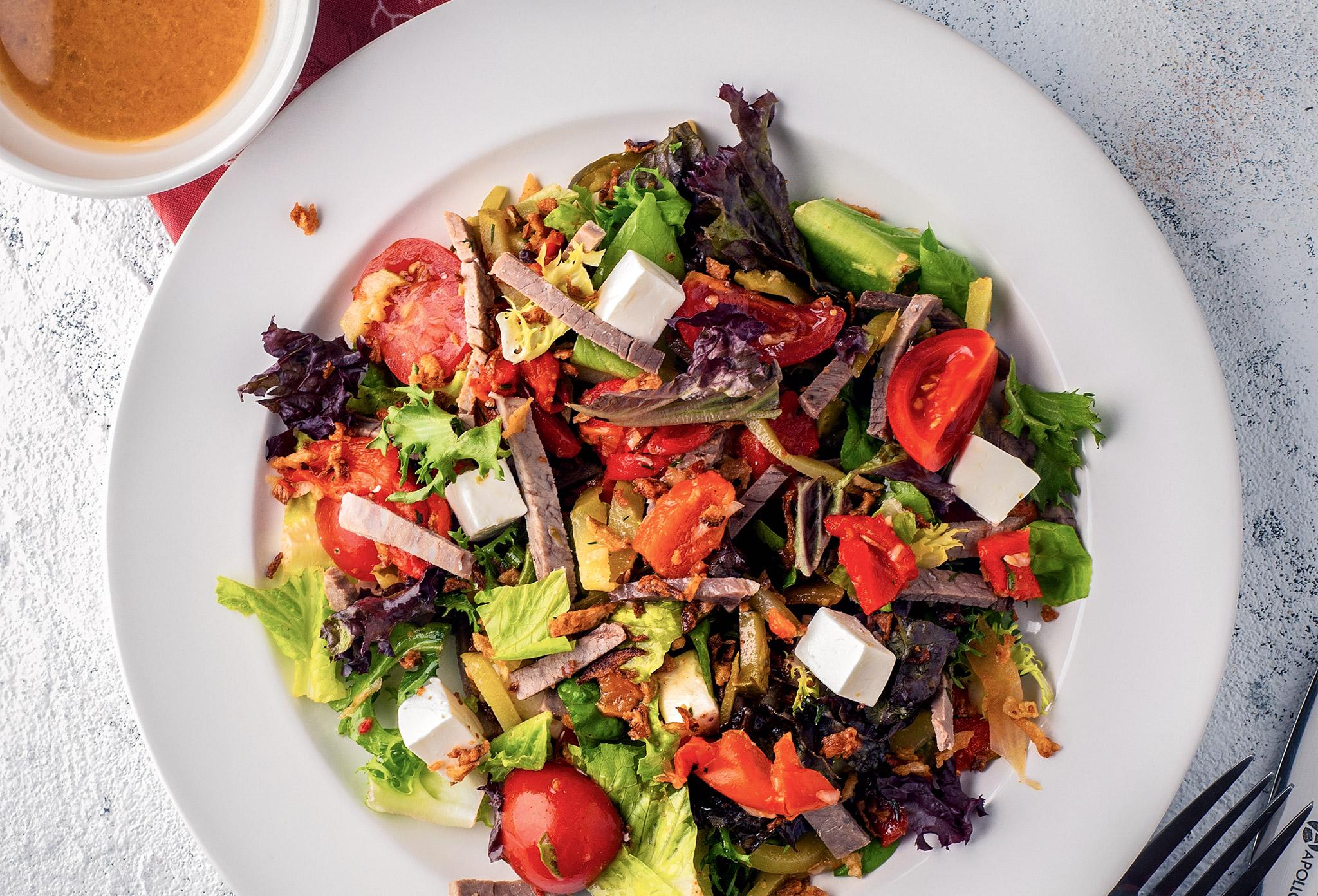 Салат биф с томатами и сыром