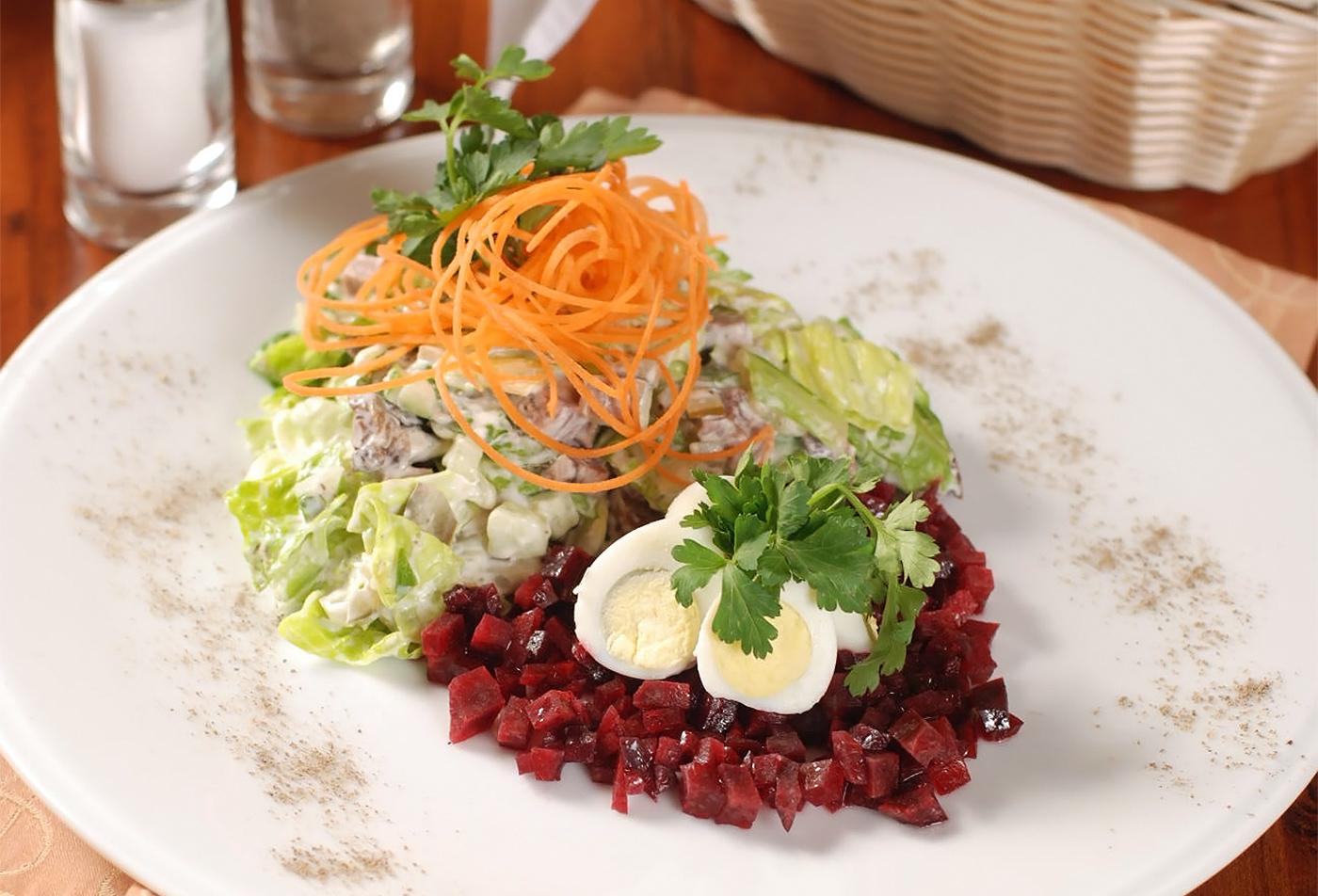 Салат из говяжьего языка сперепелиными яйцами