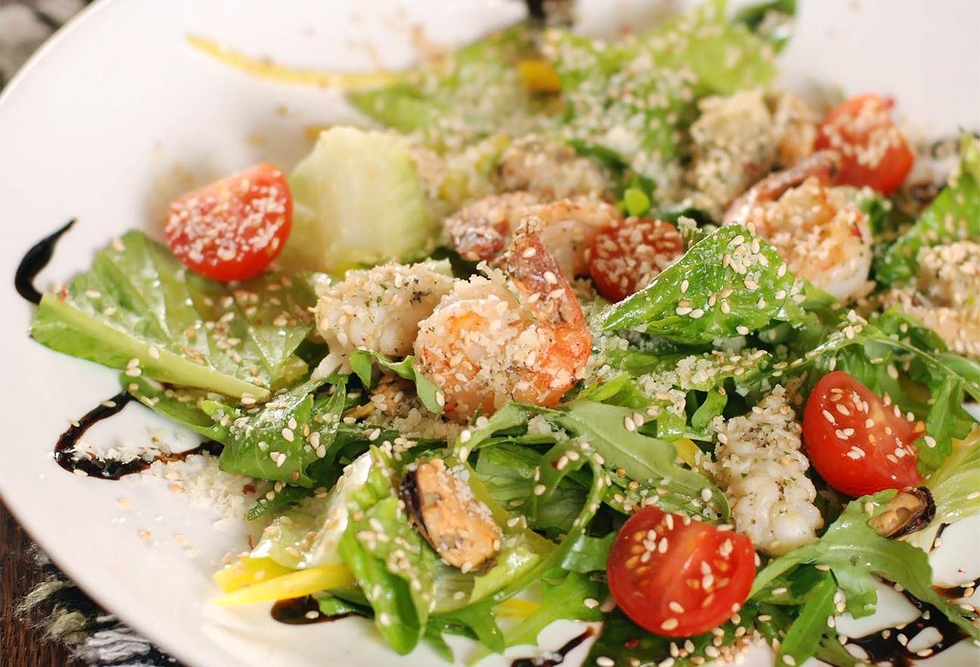 Салат из морепродуктов с миксом из зелени