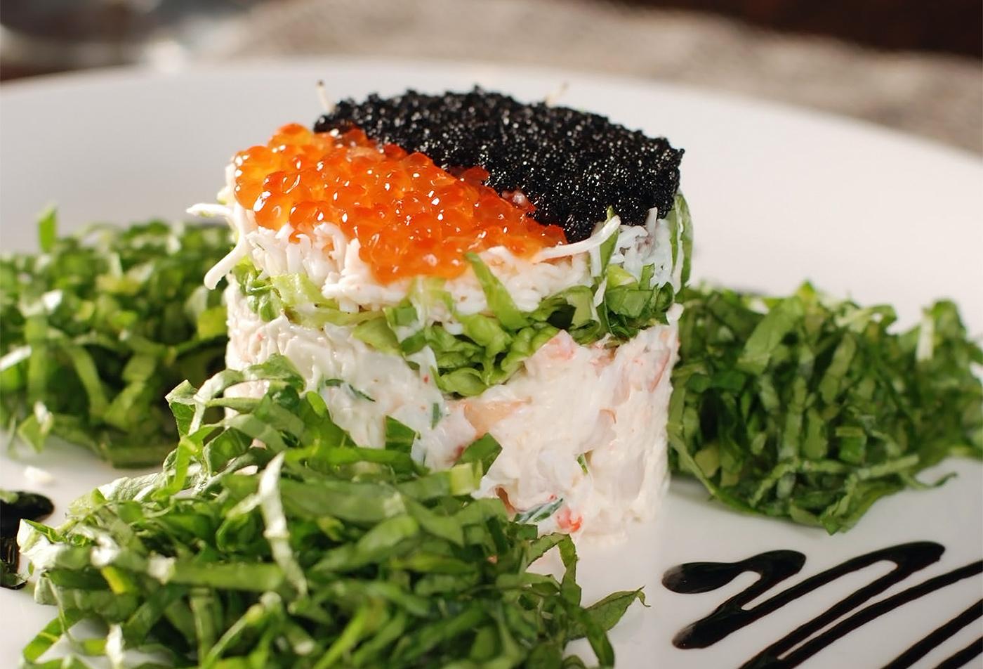 Салат из морепродуктов с лососевой икрой