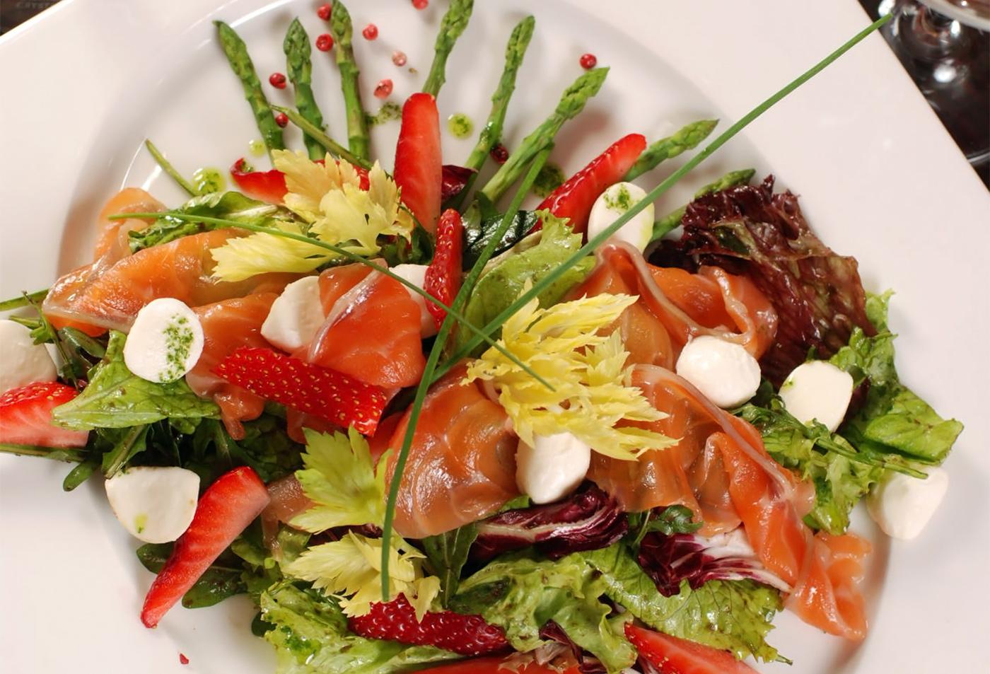 Салат с семгой и моцареллой