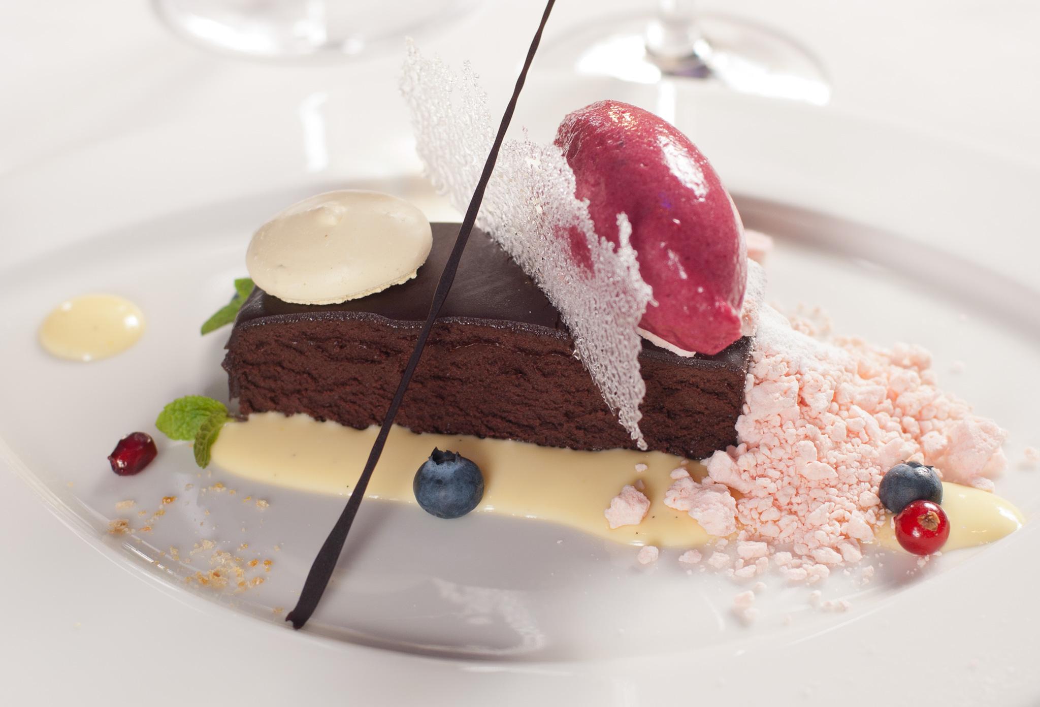 Шоколадные пирожные с кардамоновым соусом