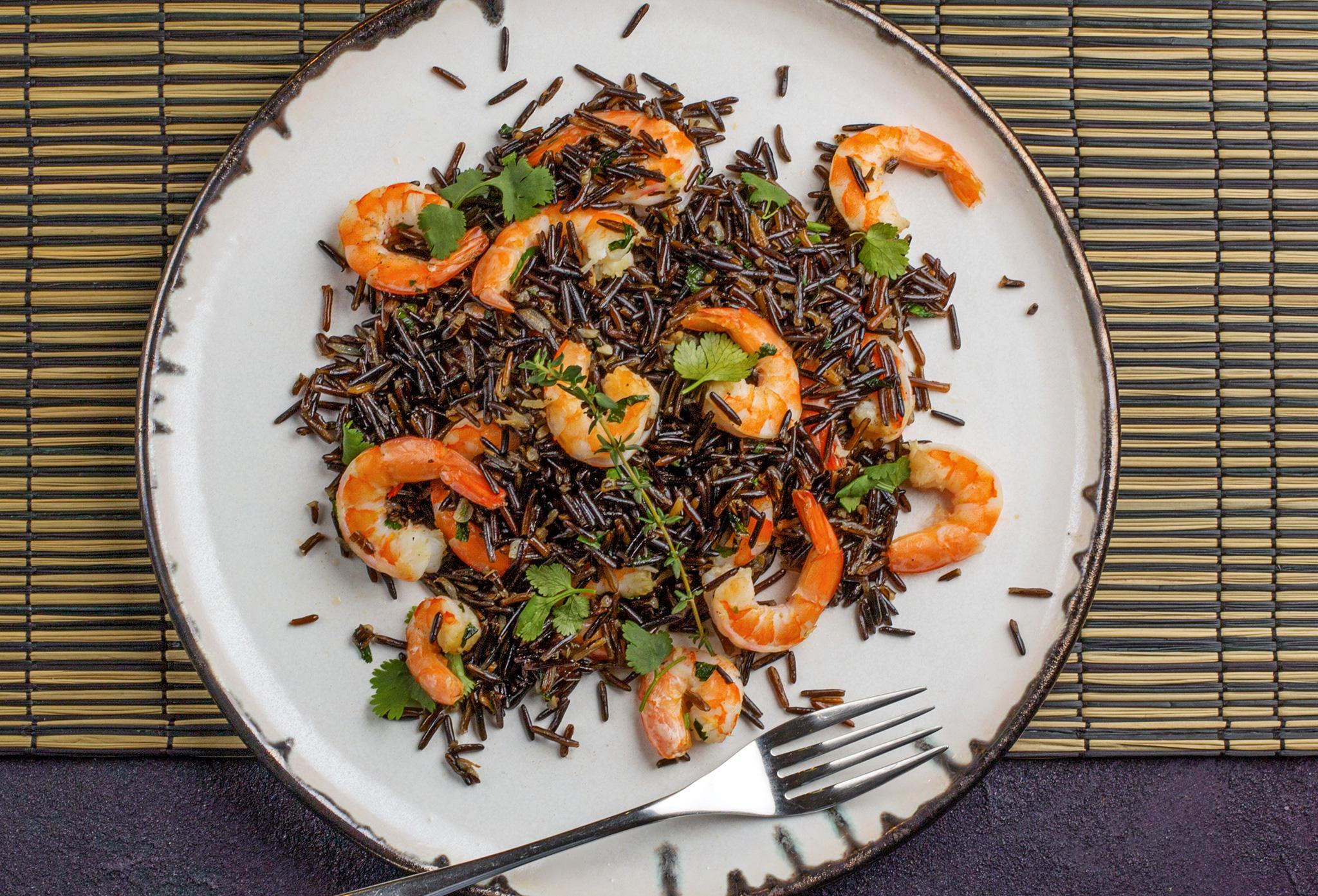 Черный рис с креветками и зеленью