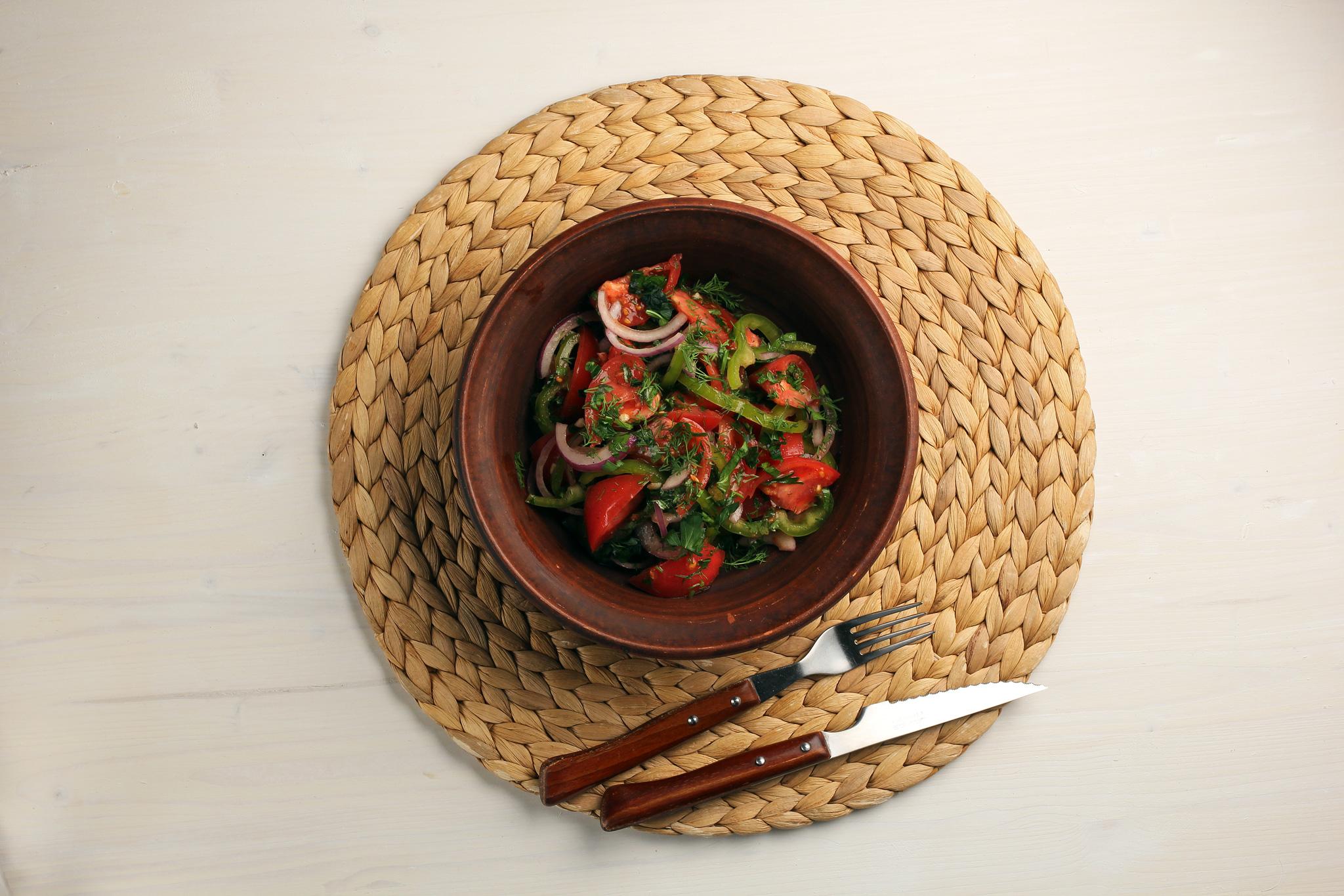 Салат из розовых томатов