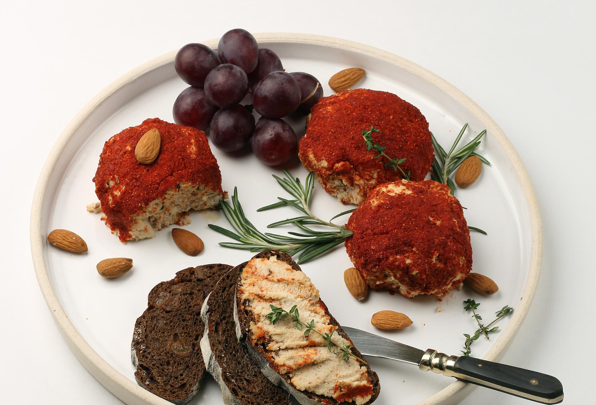 Миндальный сыр с вялеными томатами