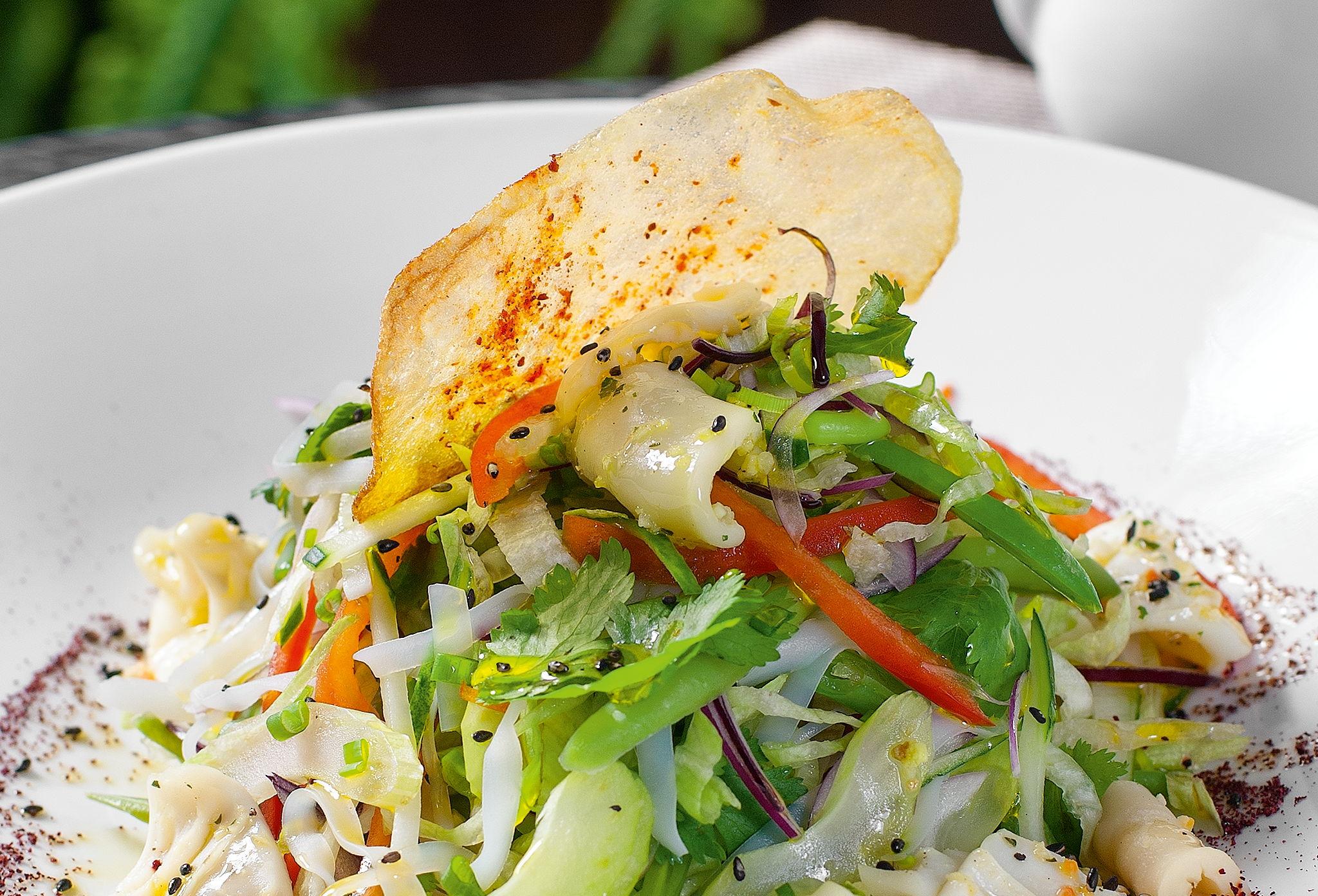 Салат изрисовой лапши скреветками икальмарами