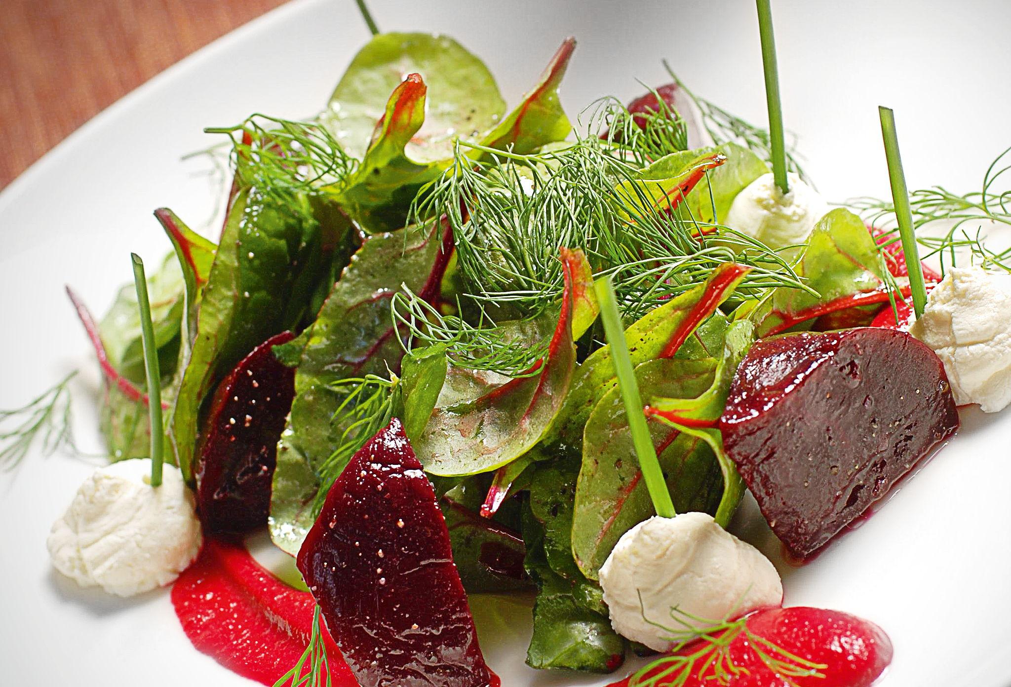 Теплый салат изсвеклы скозьим сыром
