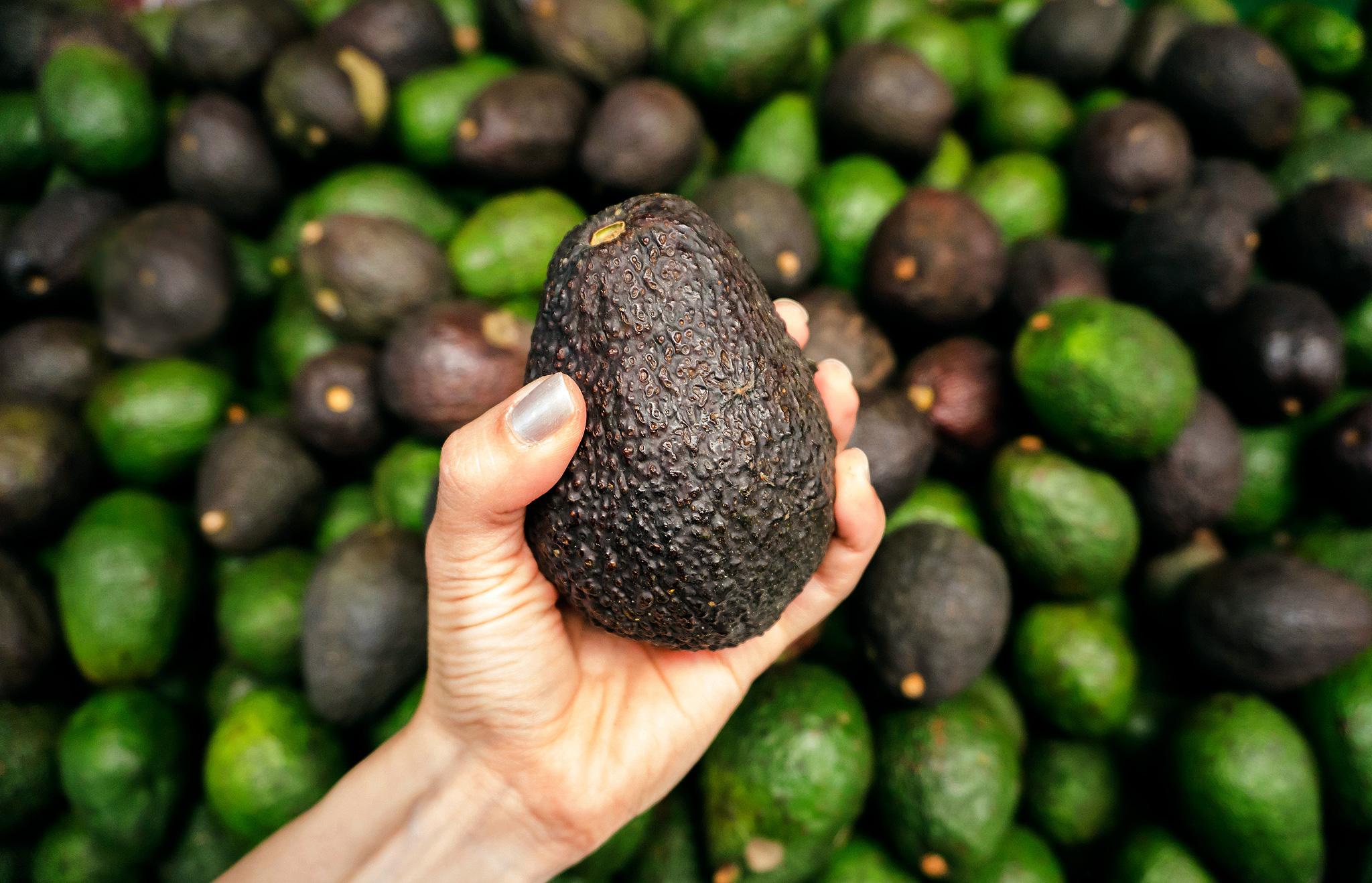 Почему авокадо часто продается несозревшим?