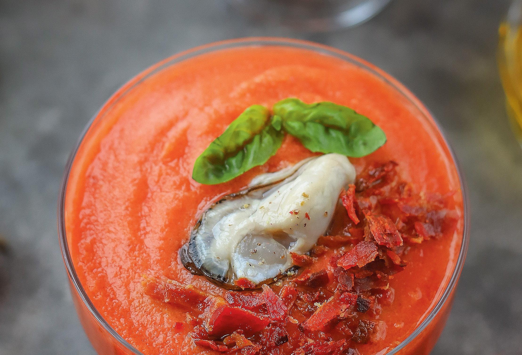 Клубнично-томатный гаспачо с устрицами и хамоном
