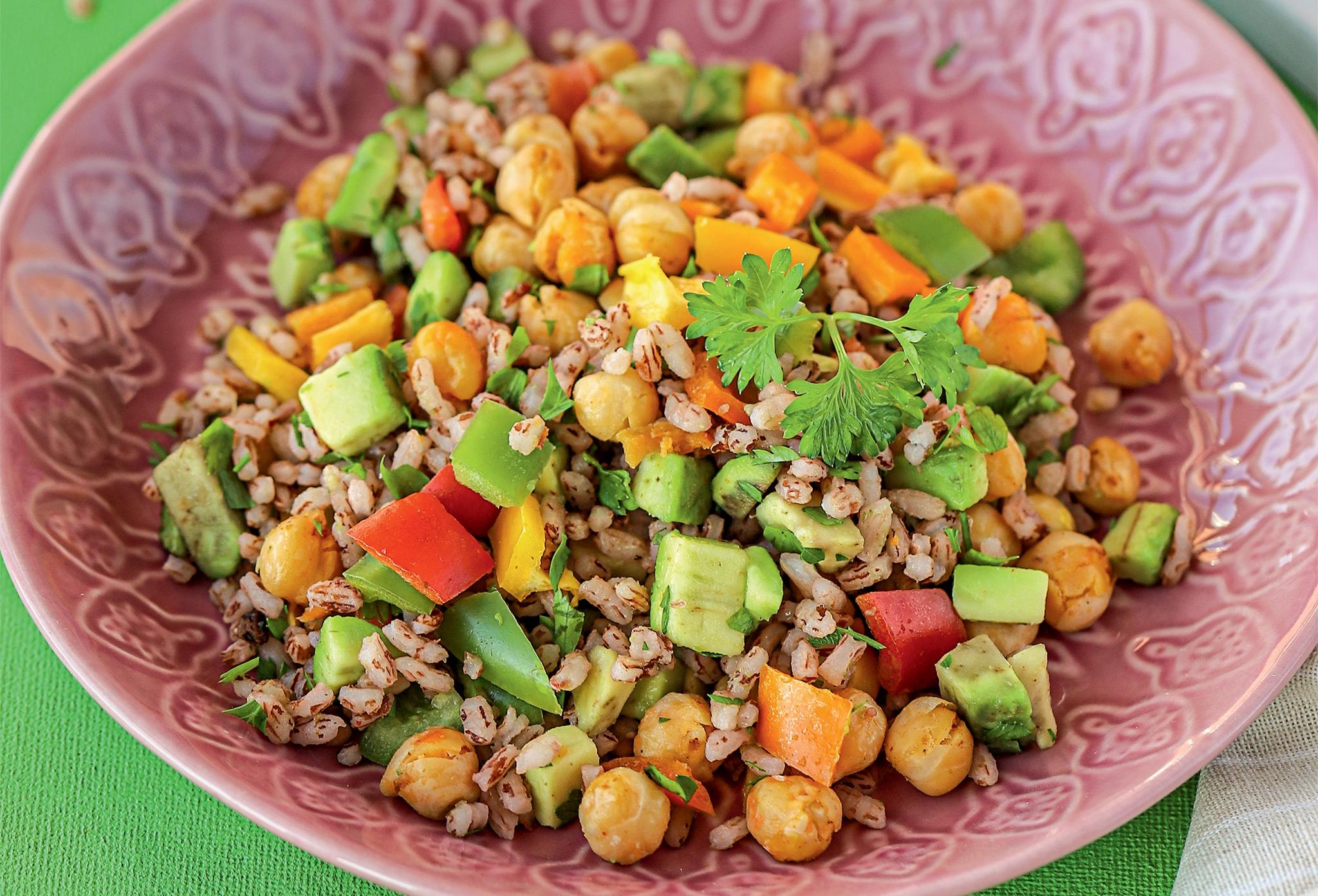 Салат из бурого риса с нутом, болгарским перцем и авокадо