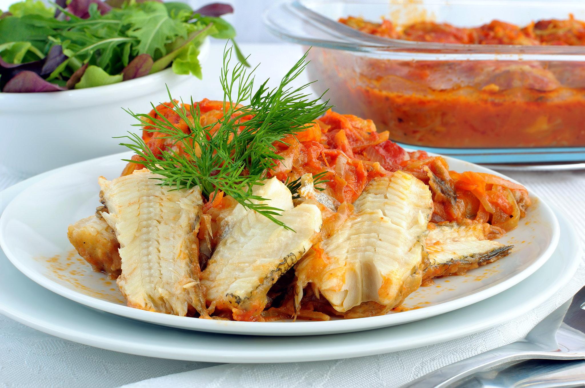 Рыба жареная под орехово-томатным соусом