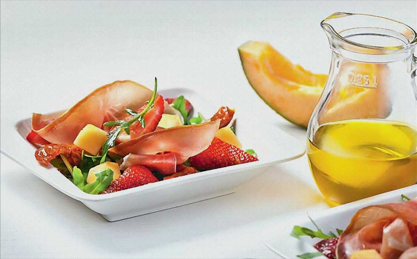 Салат с пармской ветчиной и фруктами