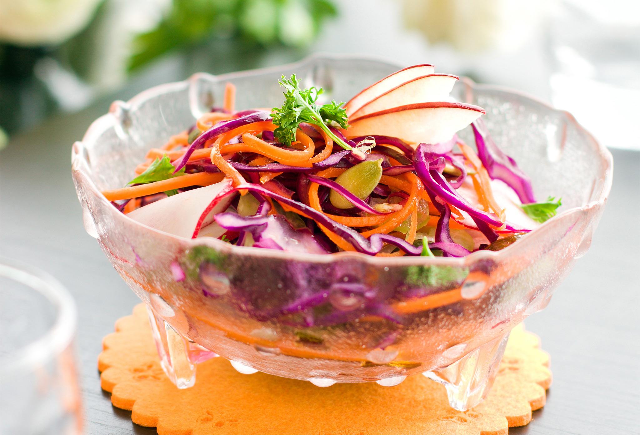 Пряный салат из краснокочанной капусты с морковью