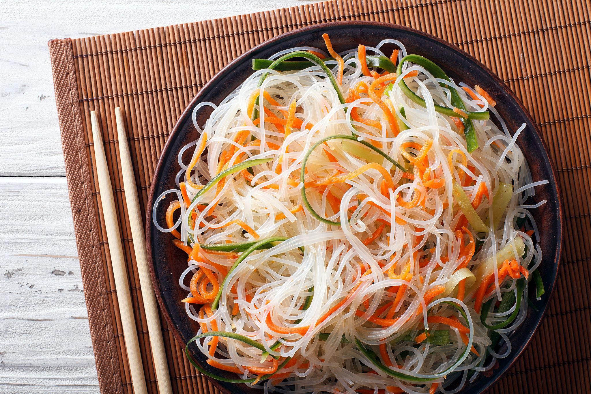 Азиатский салат из стеклянной лапши и овощей