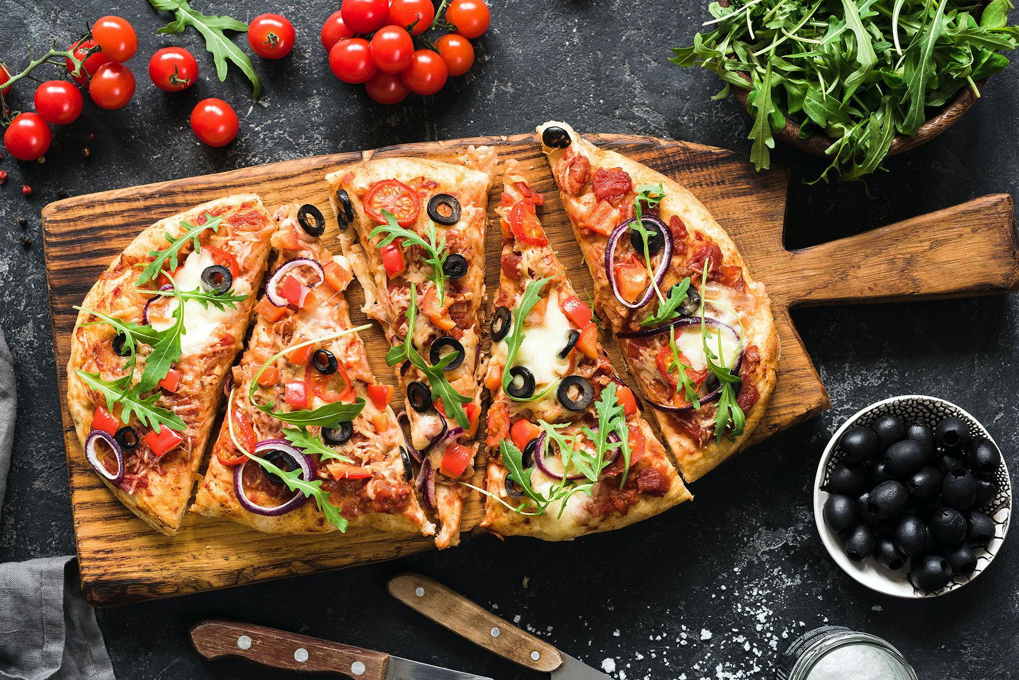 Пицца из колбасно-сырной нарезки