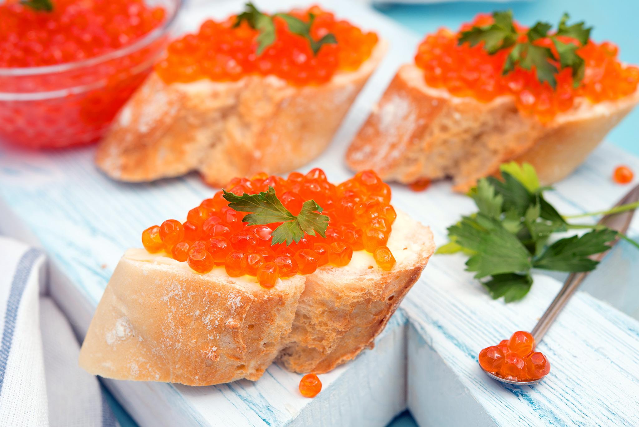 Пирог из бутербродов с красной икрой