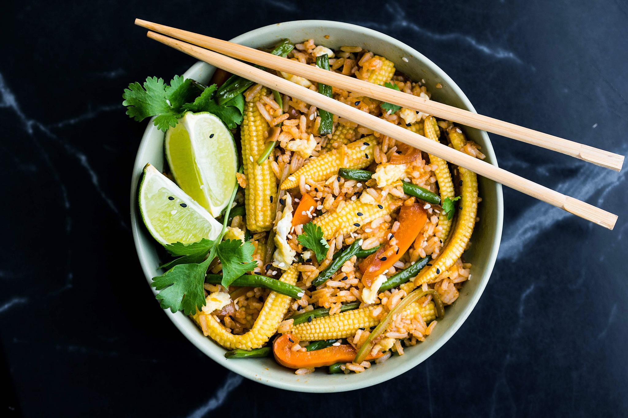 Жареный рис с овощами и яйцом в мультиварке
