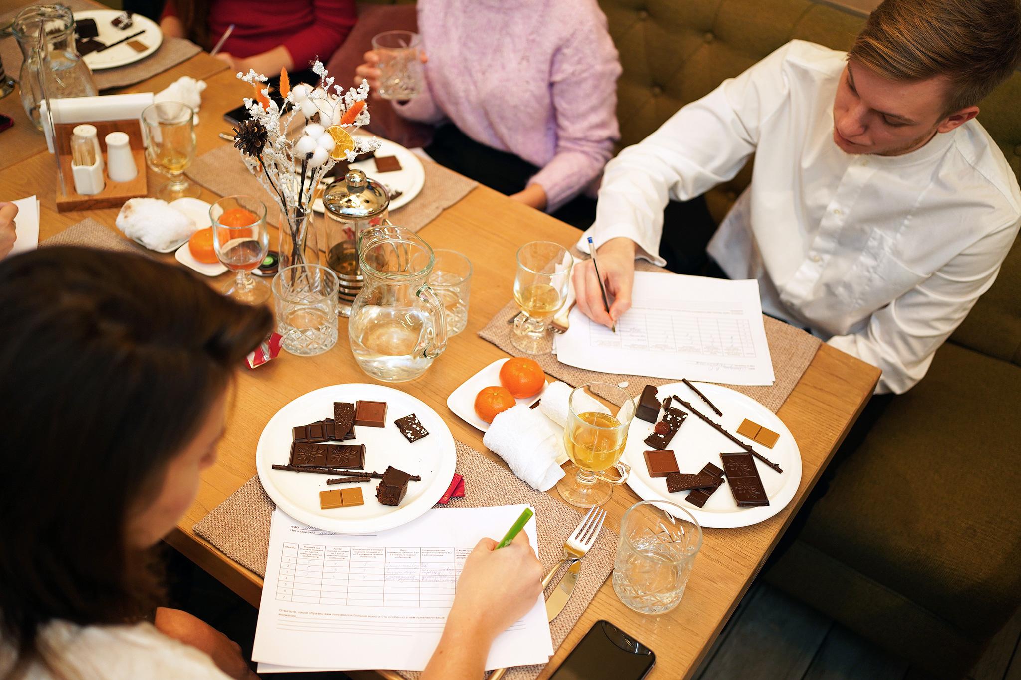 Шоколад «Фанни Стори» с малиновым мармеладом и безе