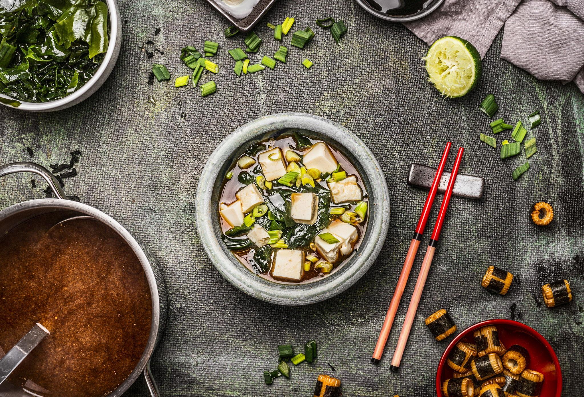 Мисо-суп с грибами, тофу и водорослями