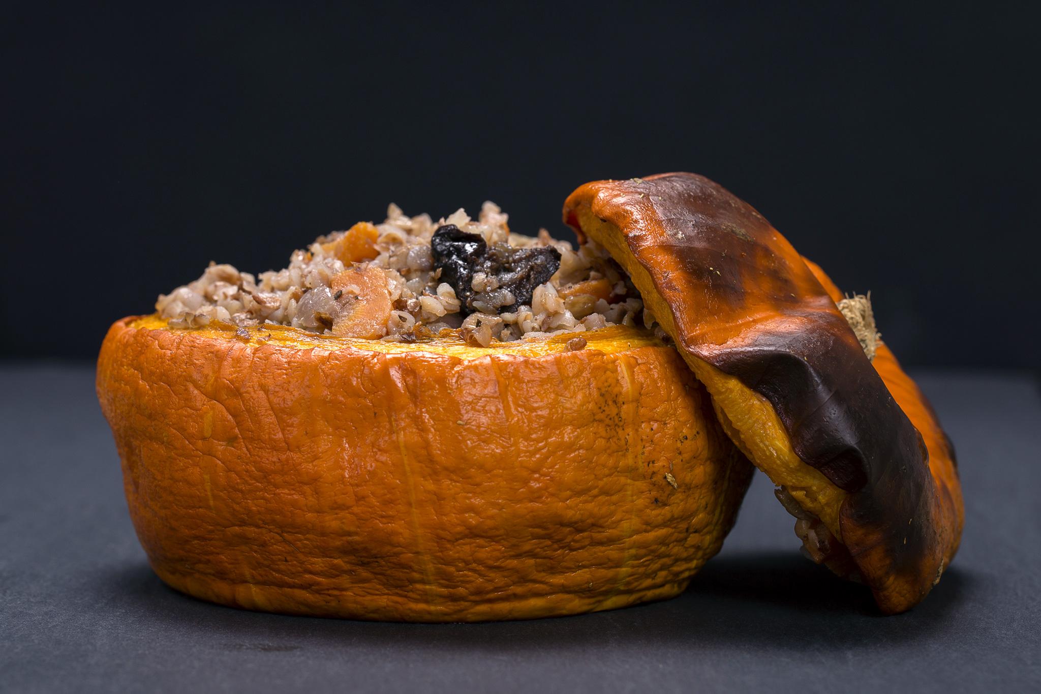 Тыква с полбой, черносливом и арахисом