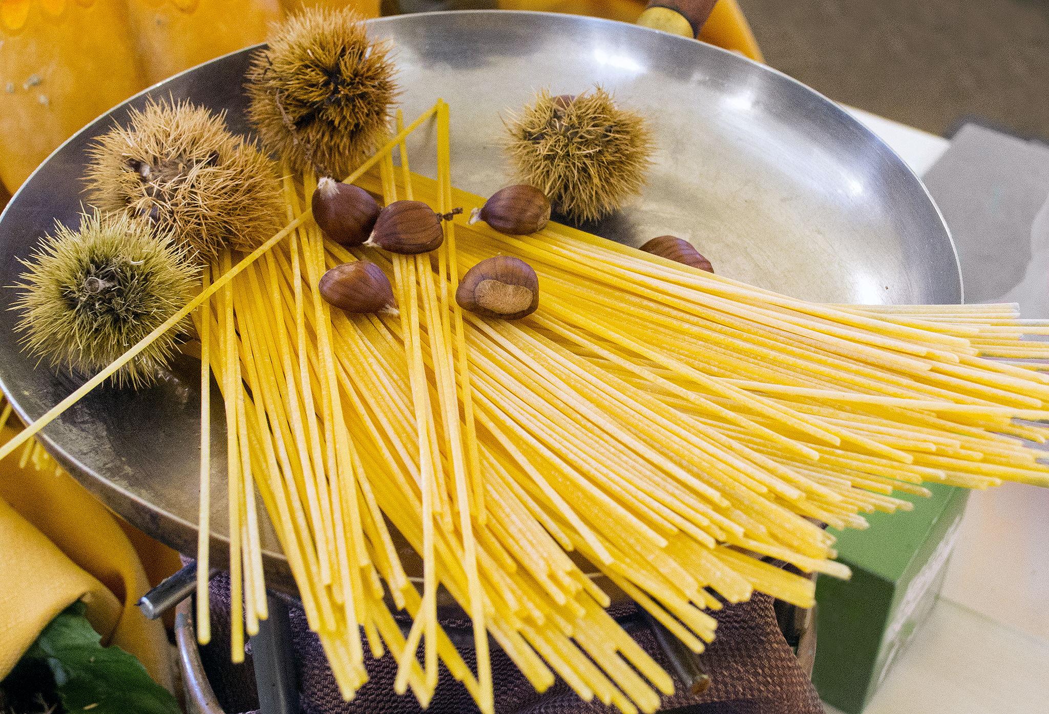 Спагетти из риса с жареными каштанами