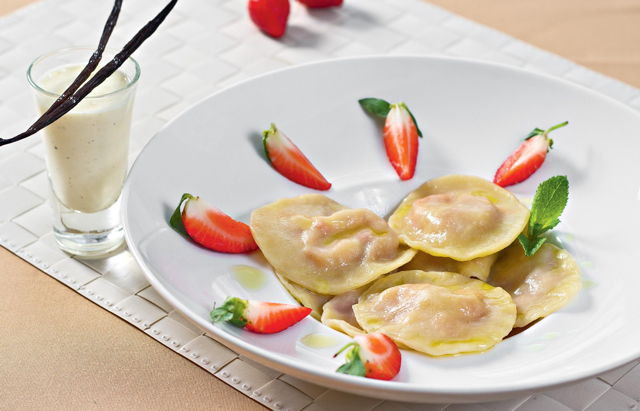 Равиоли с клубникой и ванильным соусом